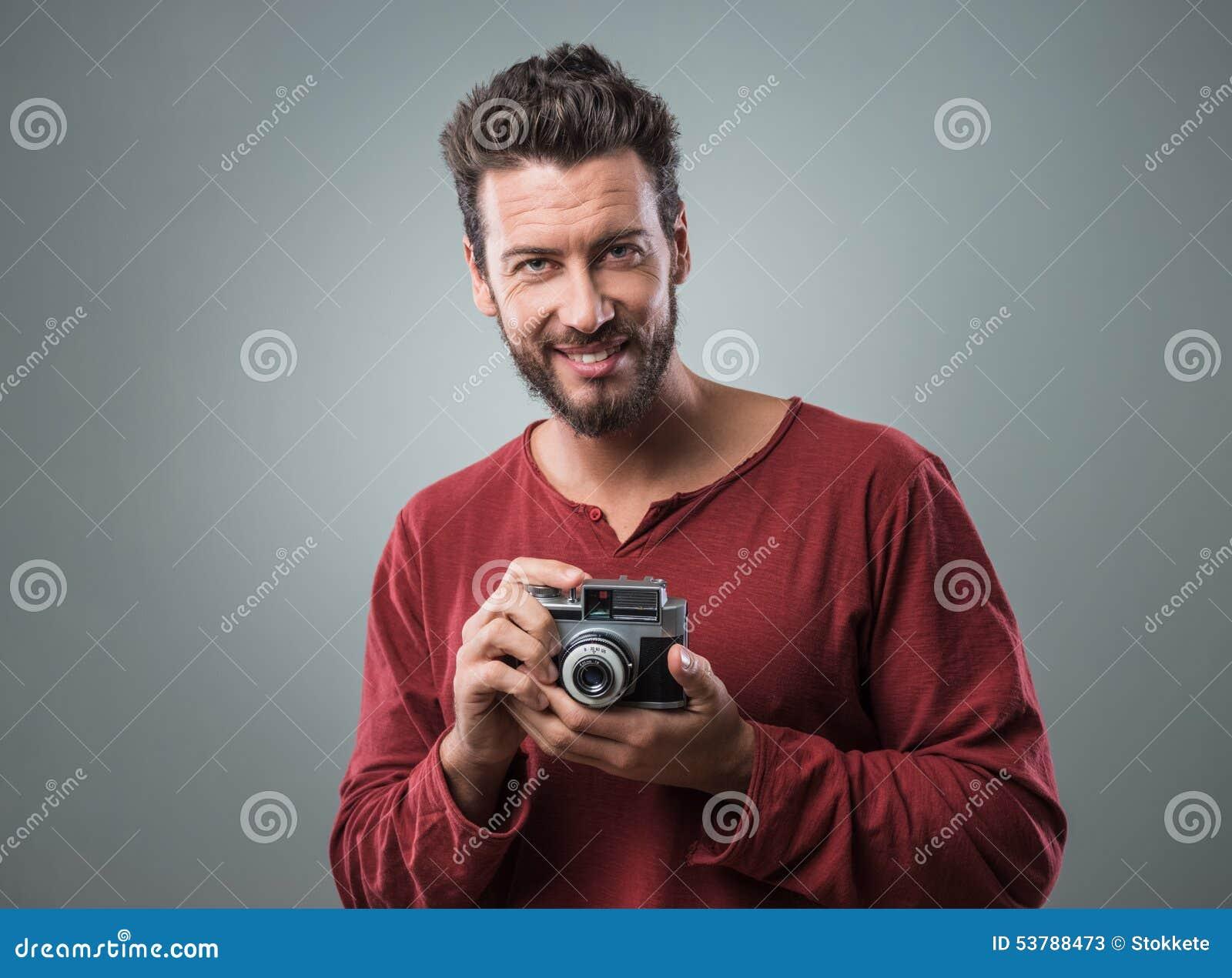 Junger Mann, Der Fotos Mit Einer Weinlesekamera Macht