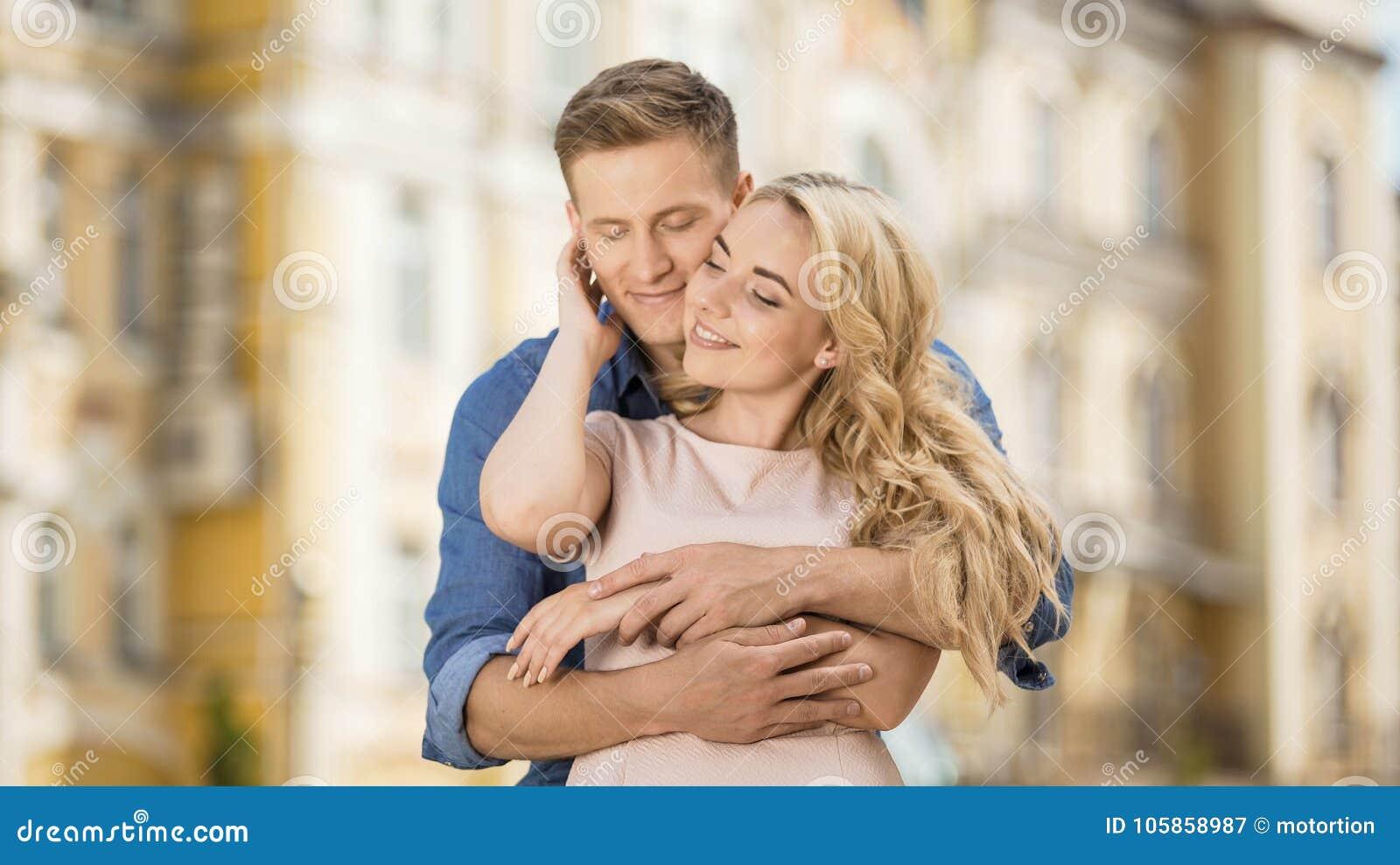 Mann mit Freundin datiert