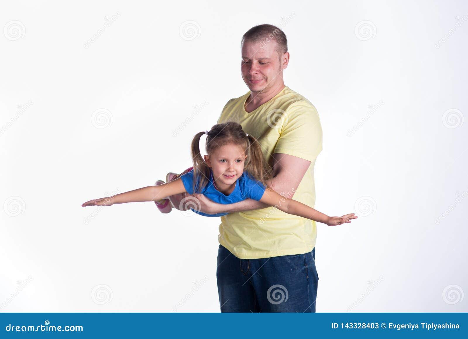 Junger Mann, der mit Baby spielt