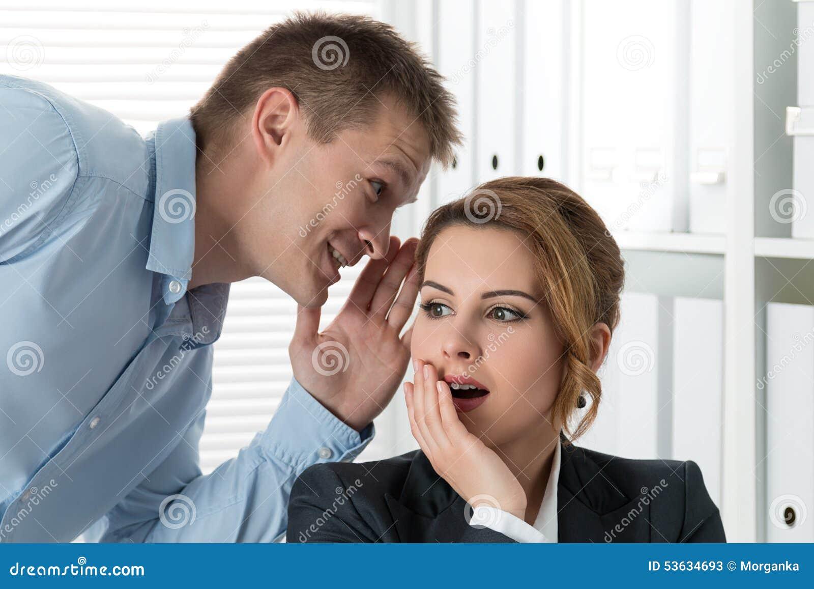 Die besten Tipps zum Arbeitskollegin erobern - Flirt University
