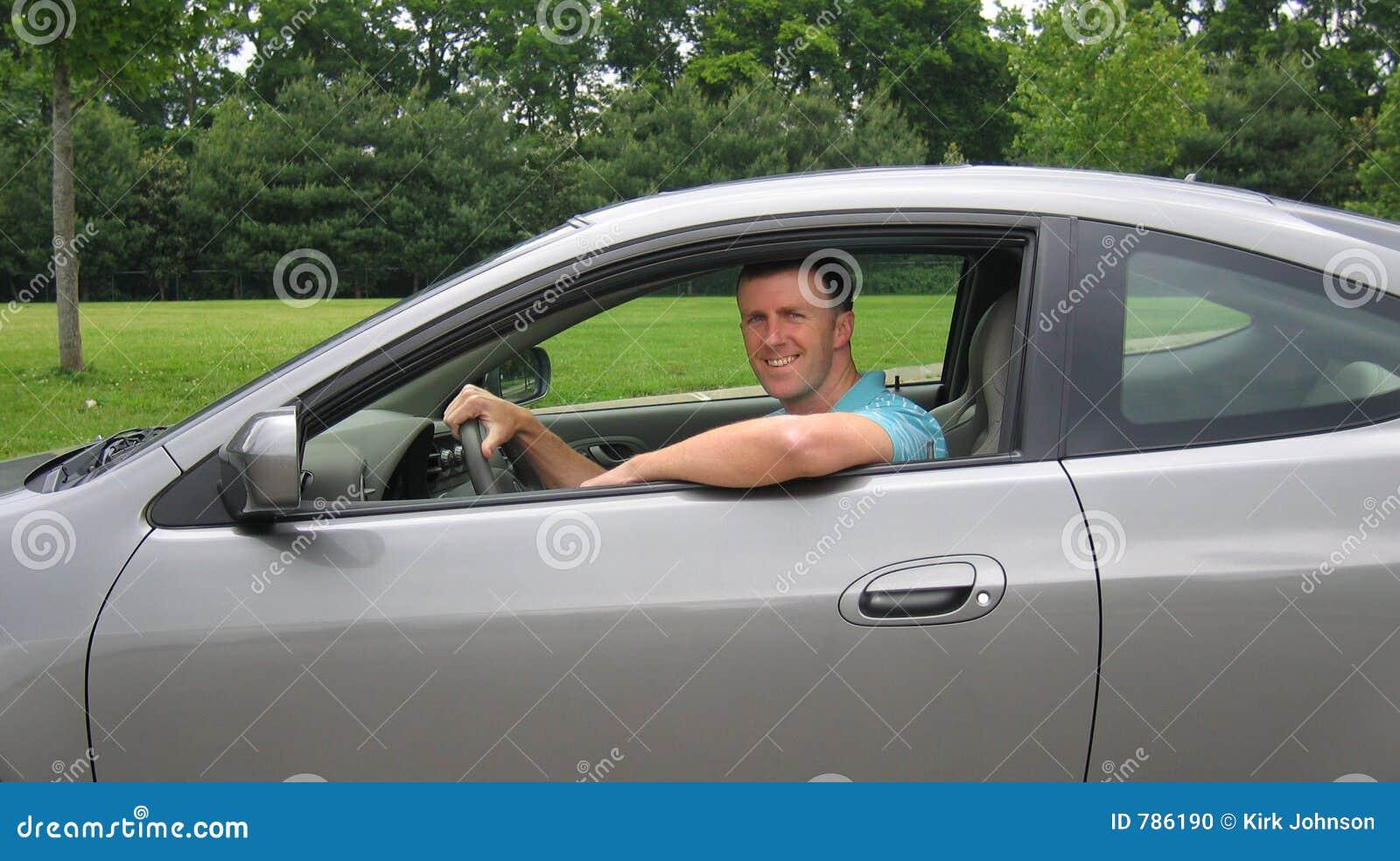 Junger Mann, der Sport-Auto antreibt