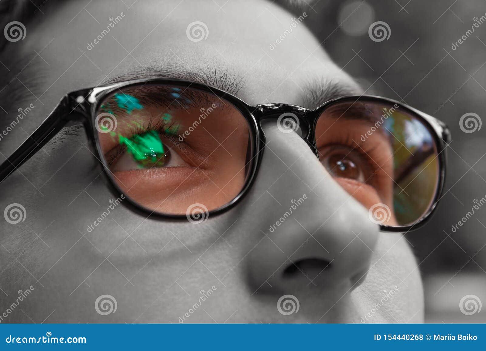 Junger Mann erhält tragende Gläser des bunten hellen Anblicks Eyewear, zum von Vision zu verbessern Schlie?en Sie oben von den Au