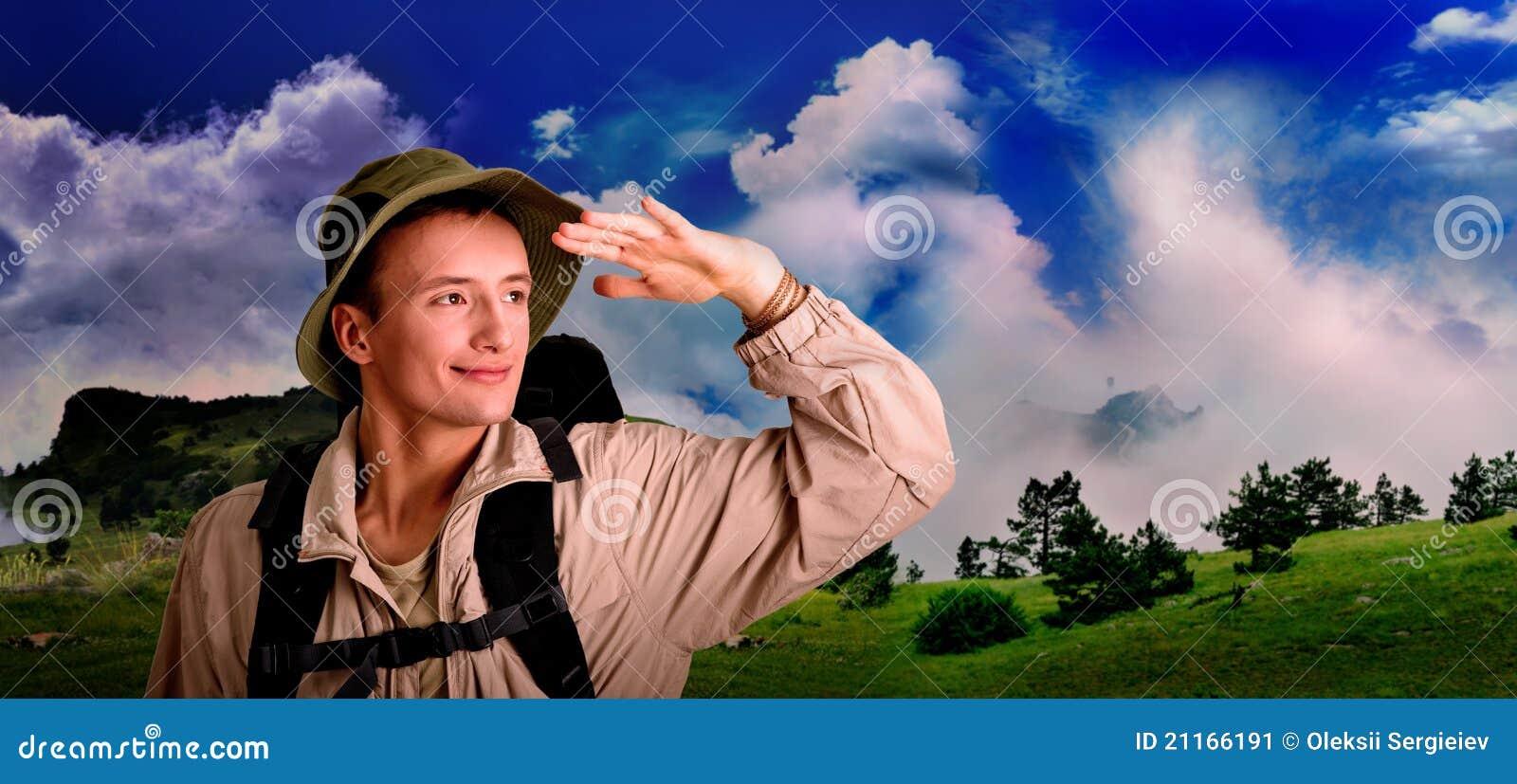 Junger Mann gekleidet in einem Touristen