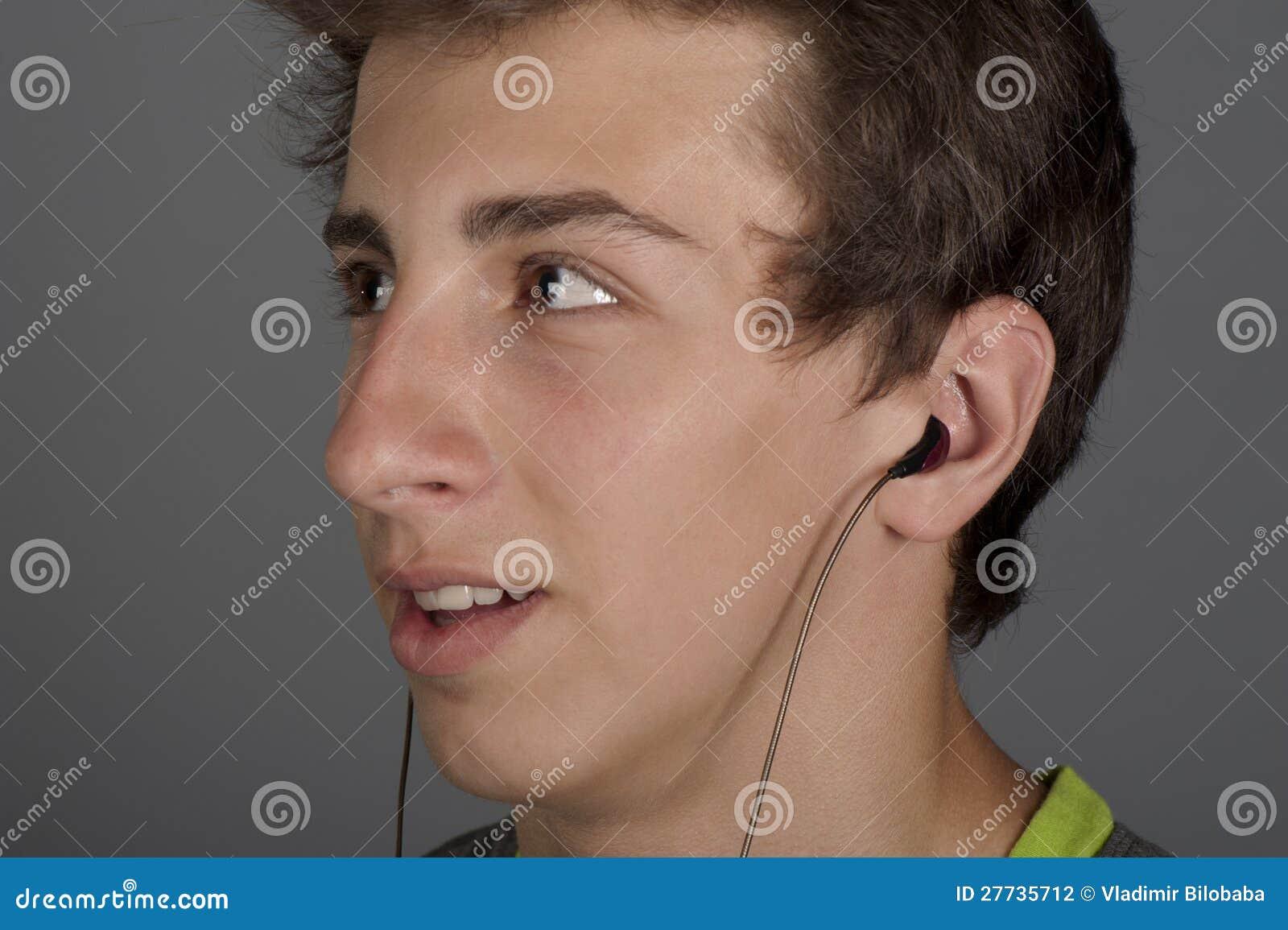 Junger Mann hört Musik