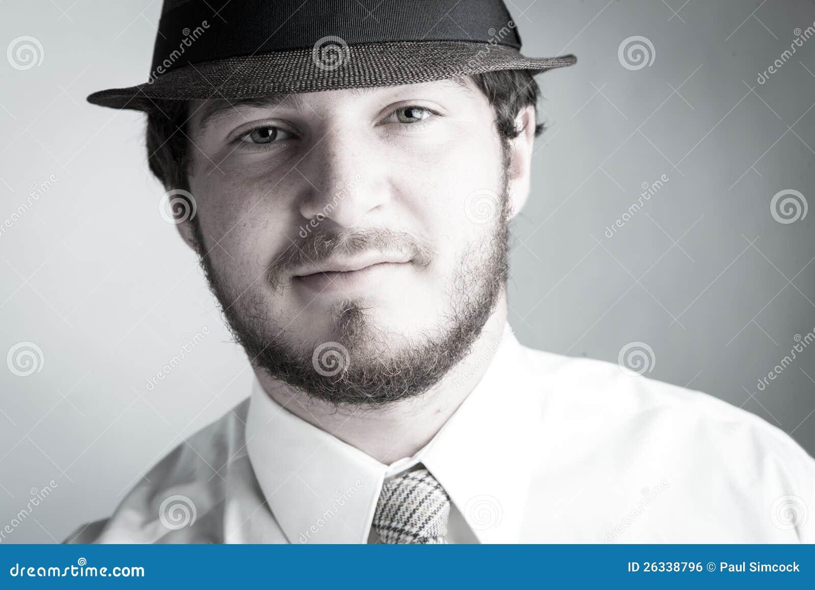 Junger Mann im Hut und in der Gleichheit