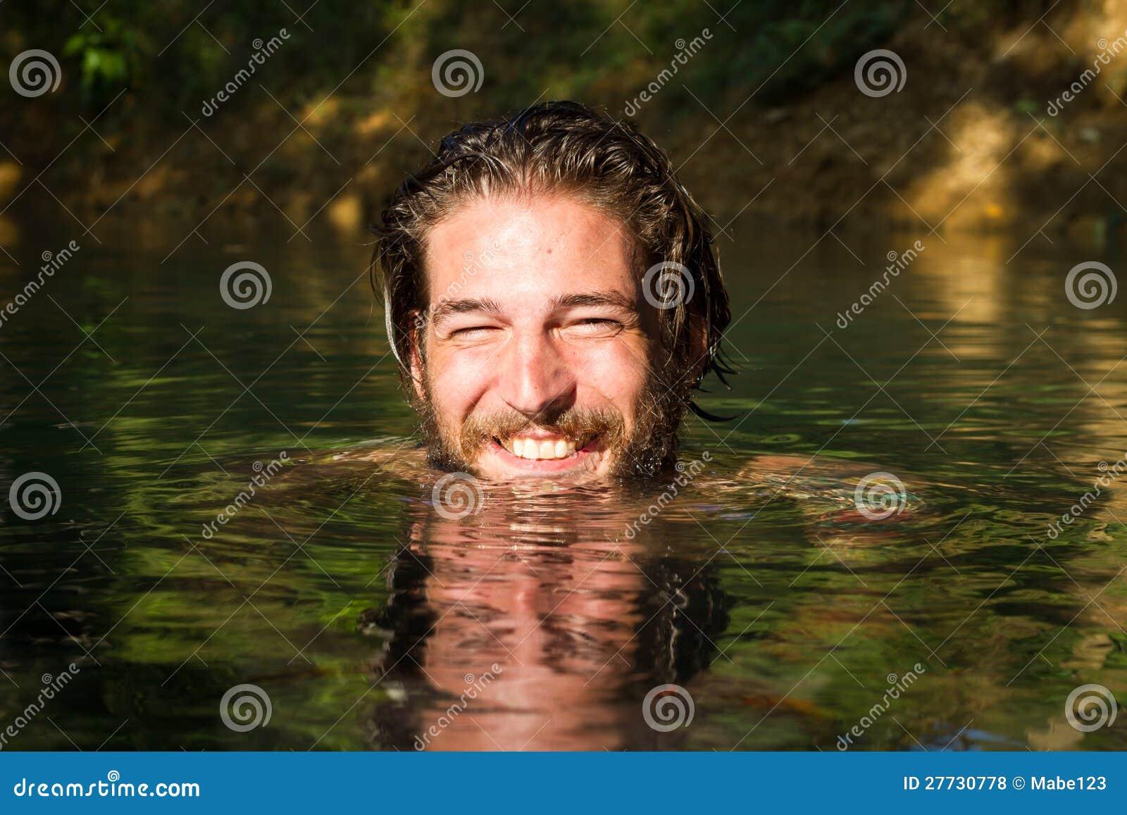 Junger Mann im Wasser