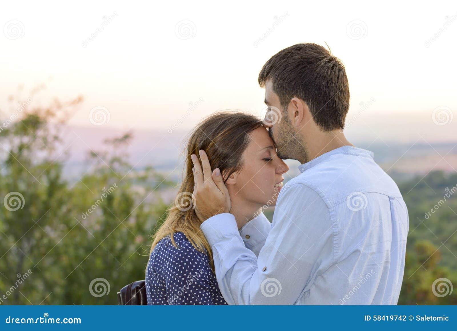 Bedeutung frau mann stirn küsst auf Was bedeutet