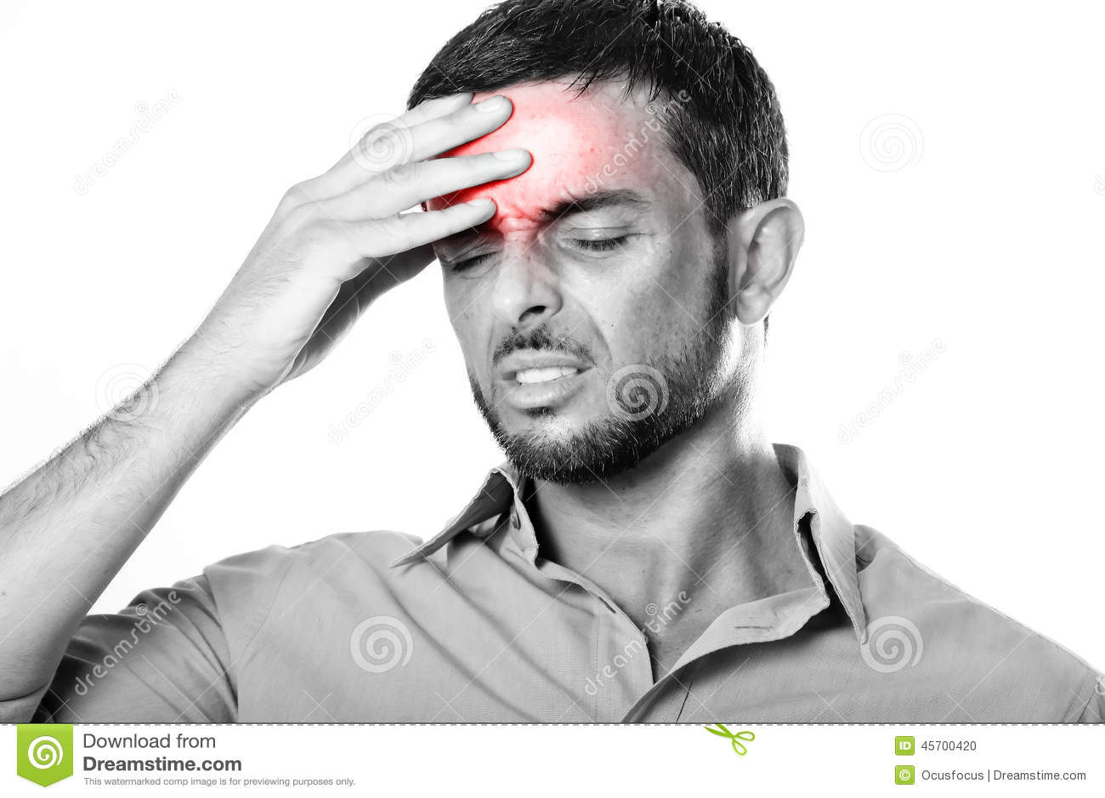 Junger Mann mit leidenden Kopfschmerzen und Migräne des Bartes im Schmerzausdruck