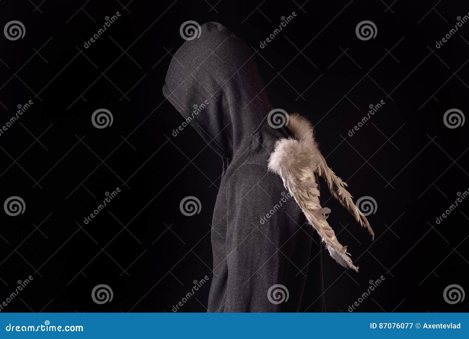 Junger Mann Mit Schwarzem Hoodie Und Weiß Versah Flügel