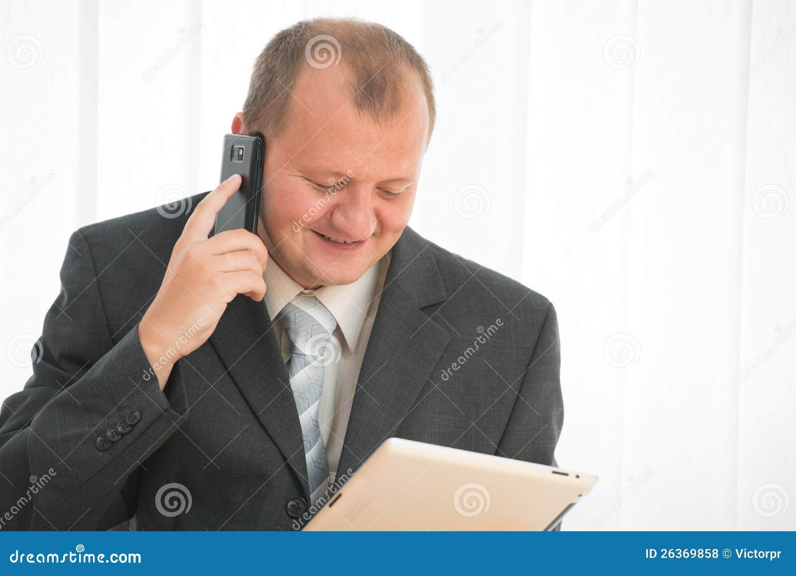 Junger Mann mit Tablette-PC