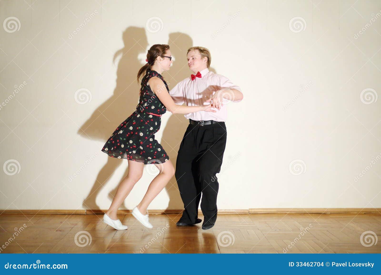 Junger Mann Und Frau Im Kleid Tanzen An Der Boogie-Woogie-Partei ...