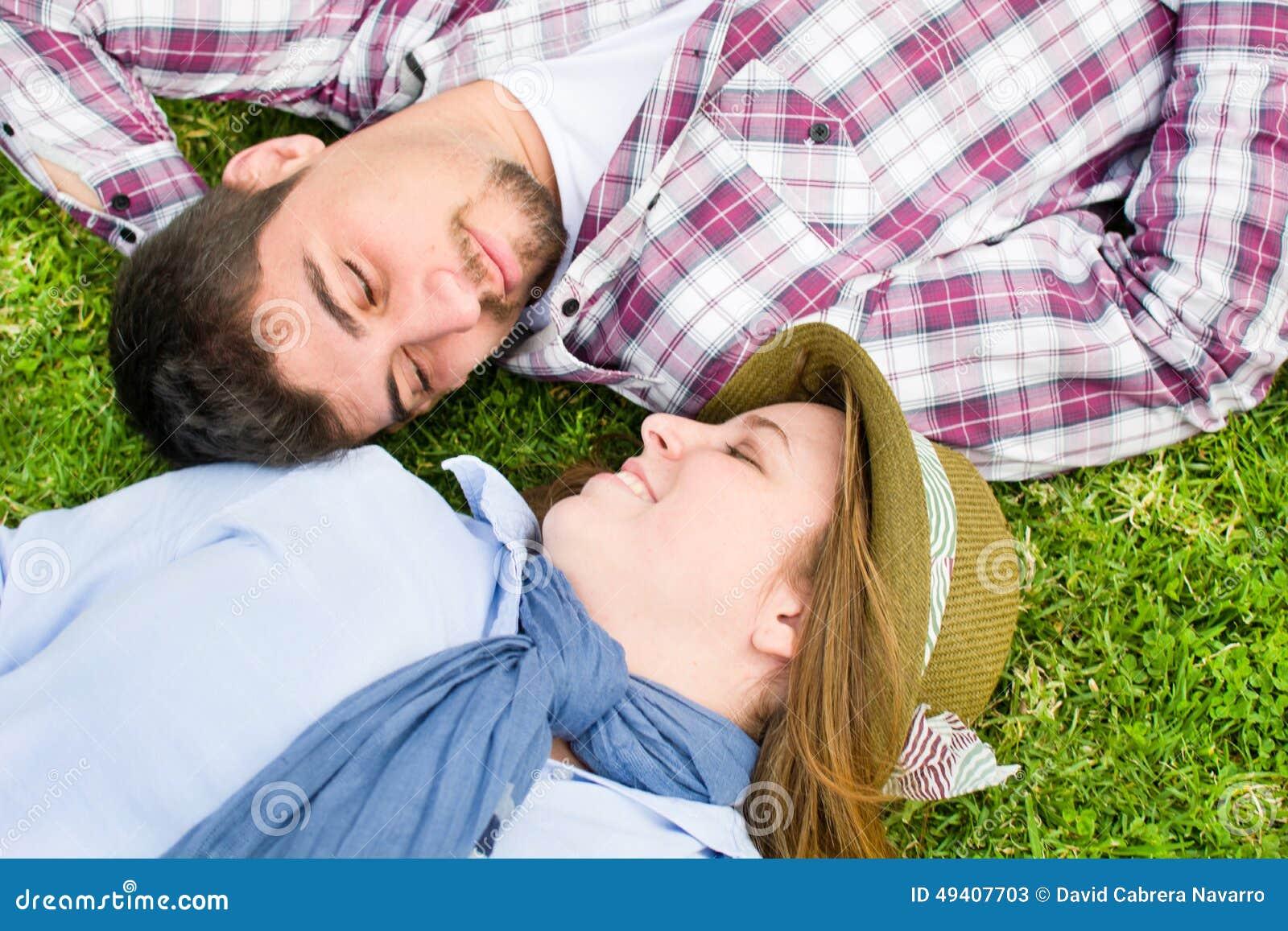 Download Junger Mann und junge Frau stockbild. Bild von spaß, park - 49407703