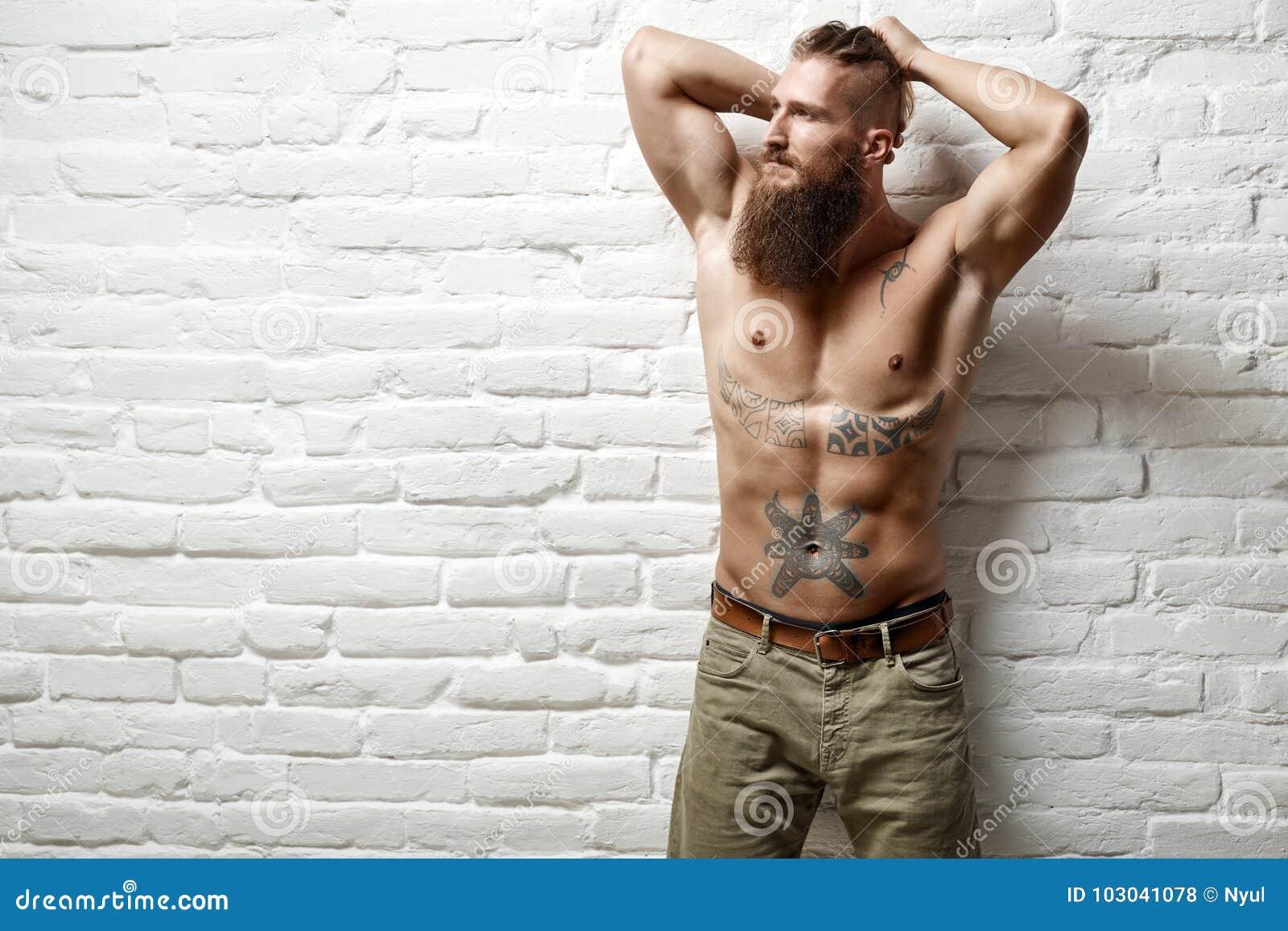 Junger Muskulöser Bärtiger Weißer Mann Halb Nackt Stockfoto - Bild ...