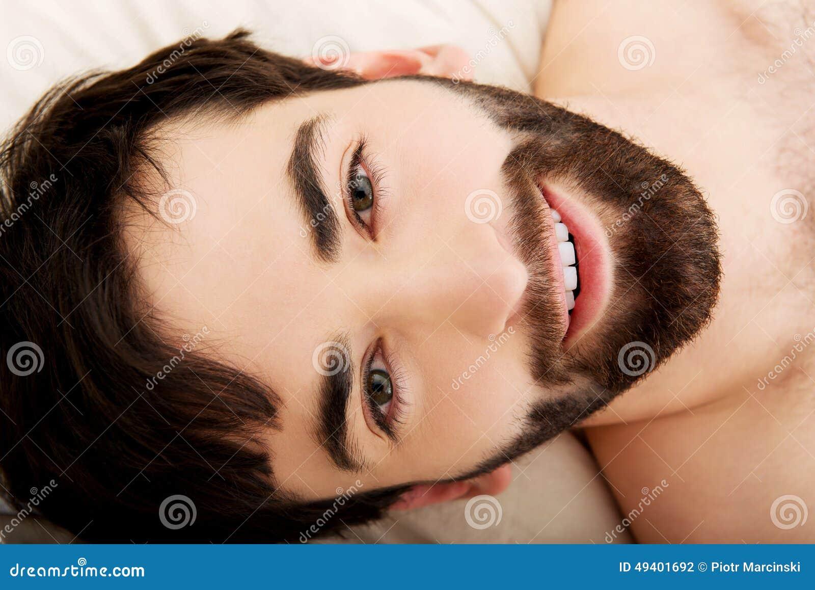 Download Junger Muskulöser Mann, Der Im Bett Liegt Stockfoto - Bild von attraktiv, gesundheit: 49401692