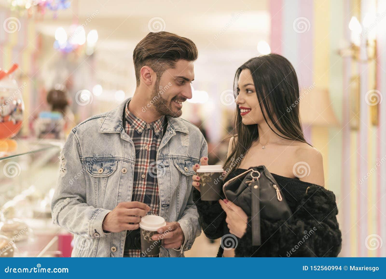 Junger Paarkaufenkaffee zum mitnehmen in der Bar