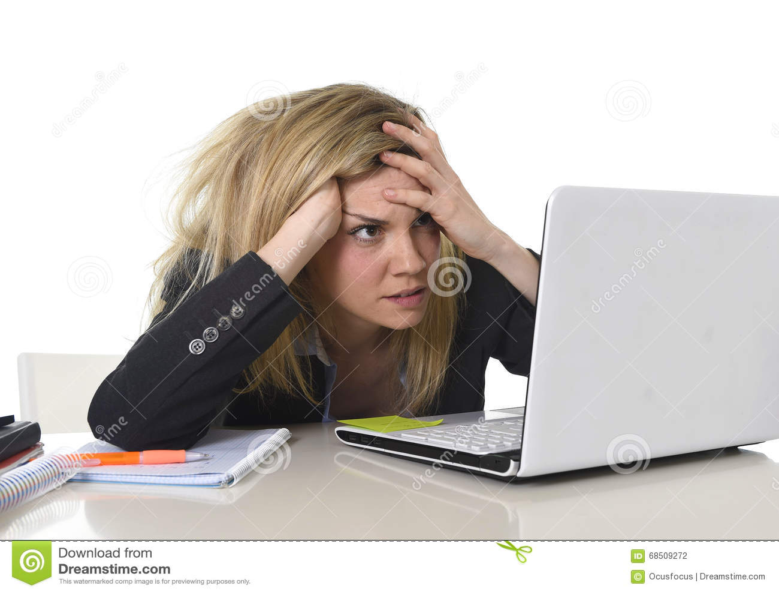 Junger schöner Geschäftsfrau-Leidendruck, der im Büro frustriert und traurig arbeitet