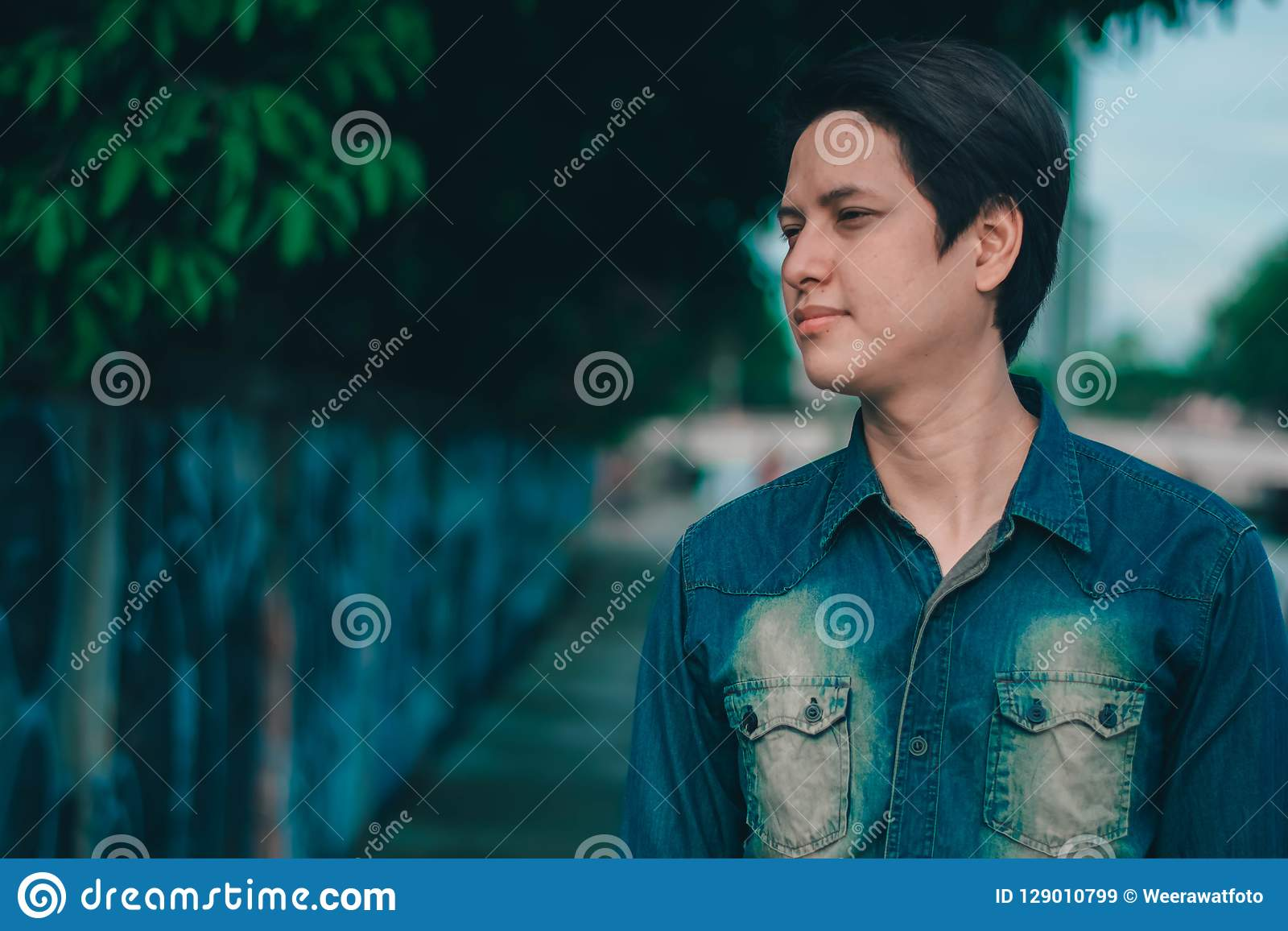 Junger stattlicher asiatischer Mann