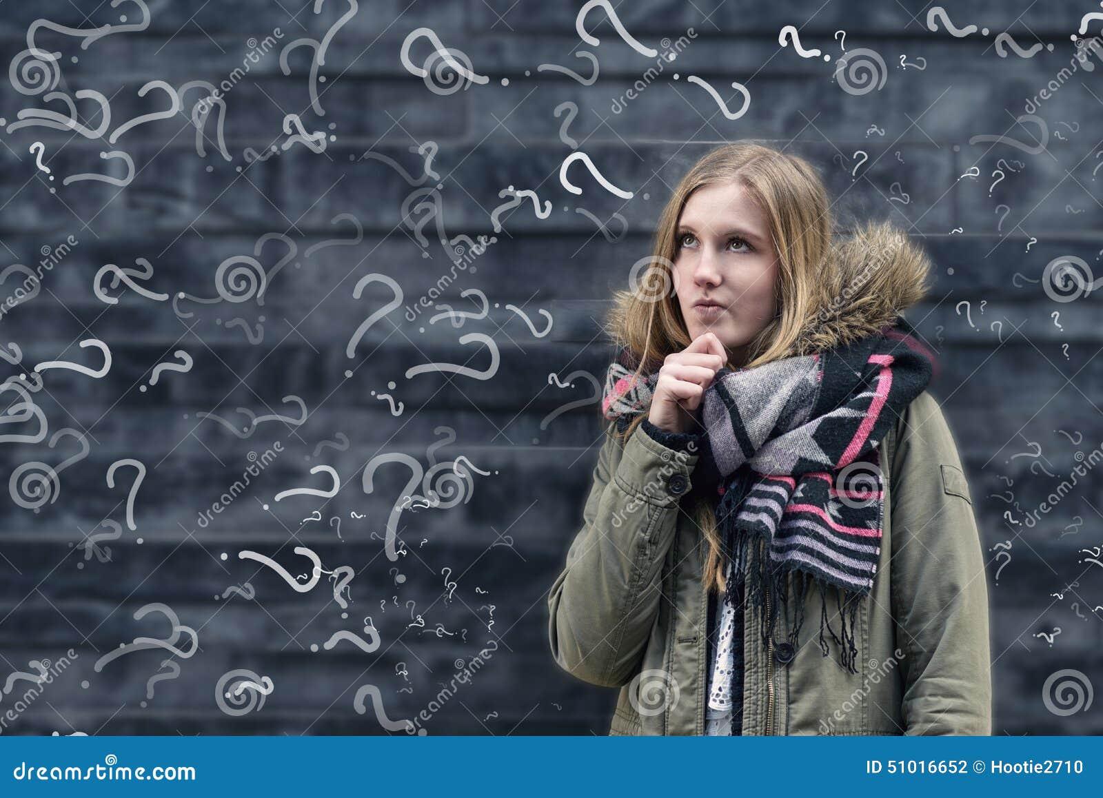 Junger Student in der Klasse mit einem zu lösen Problem