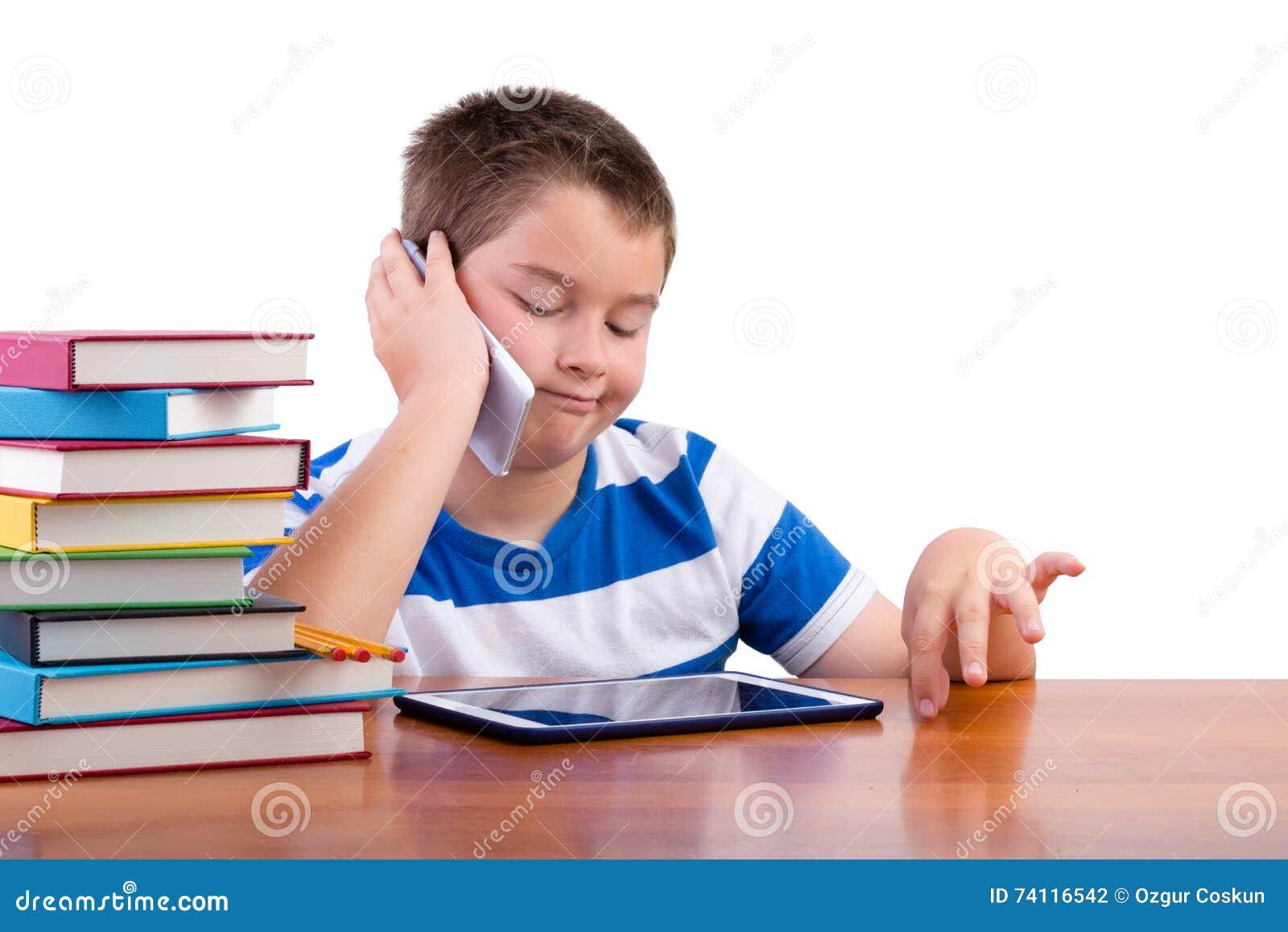 Junger Tweenjunge, der an einem Handy plaudert