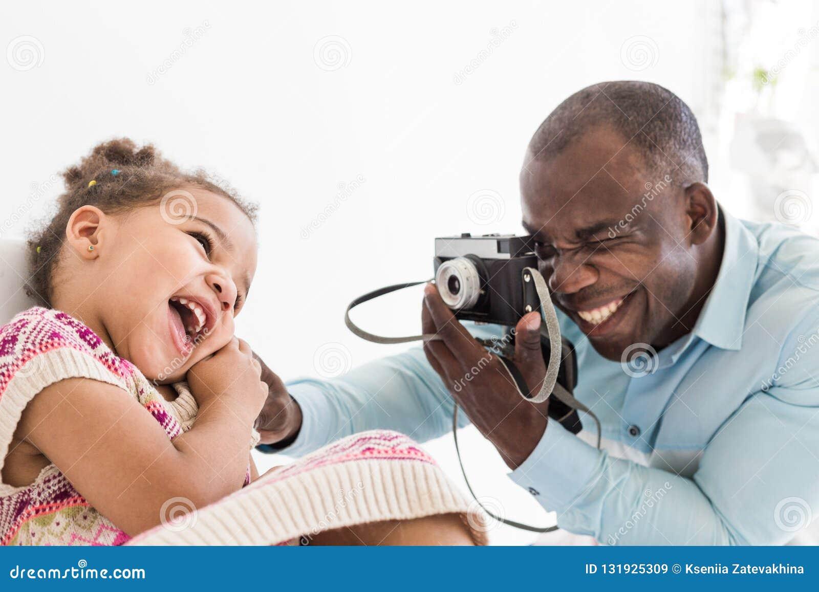 Junger Vater Mit Seiner Netten Kleinen Tochter, Die Fotos