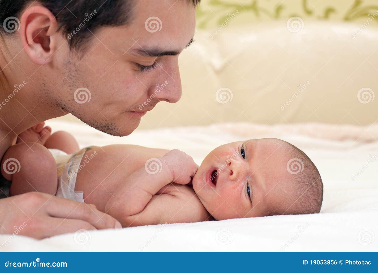 junger vater und neugeborenes baby stockfoto bild von obacht familie 19053856. Black Bedroom Furniture Sets. Home Design Ideas