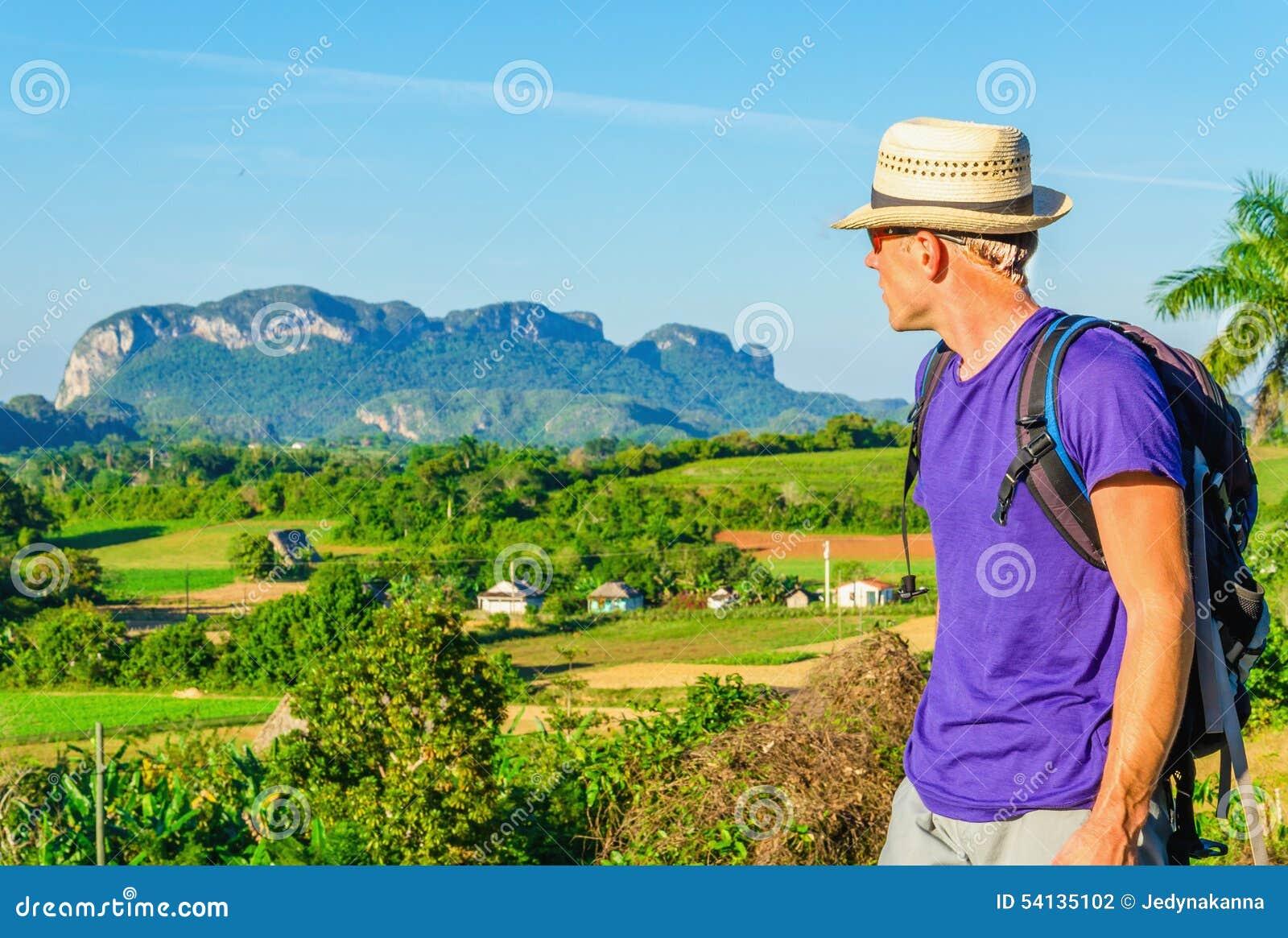 Junger Wanderer bewundert Landschaft in Vinales, Kuba