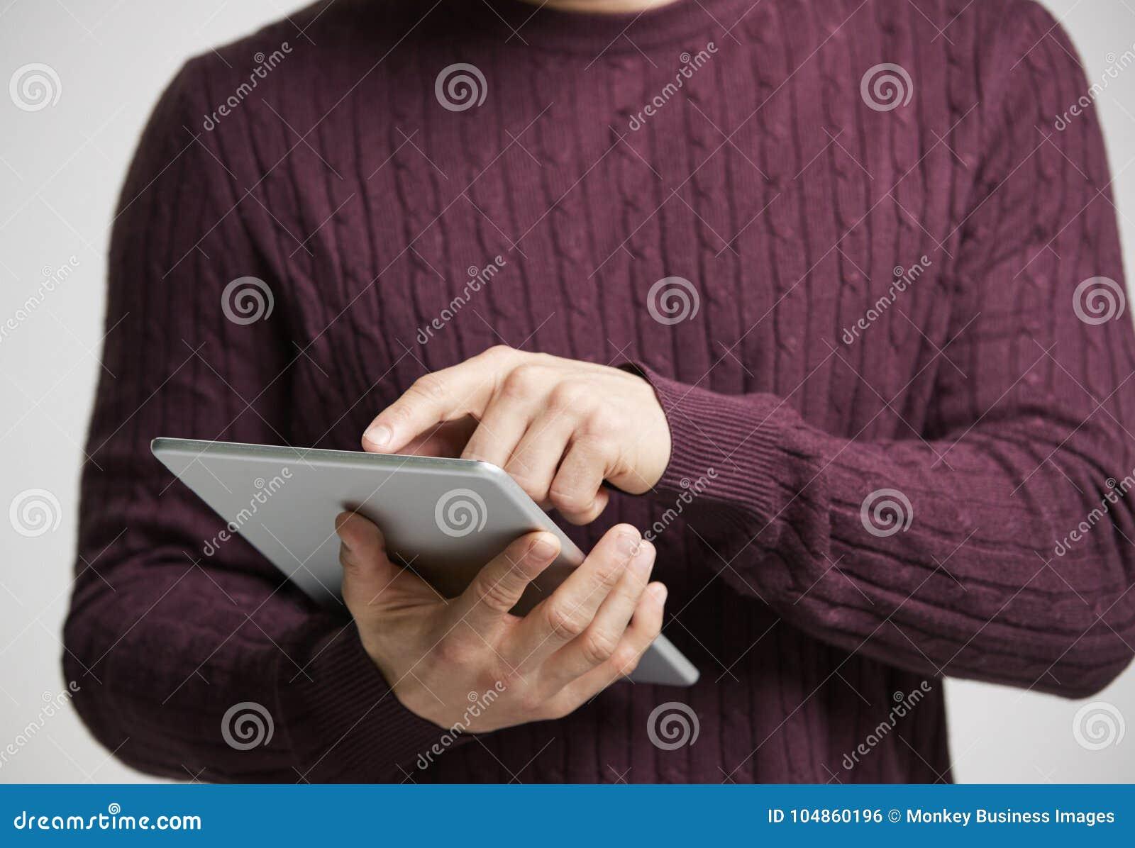 Junger weißer Mann, der einen Tablet-Computer, mittleren Abschnitt verwendet
