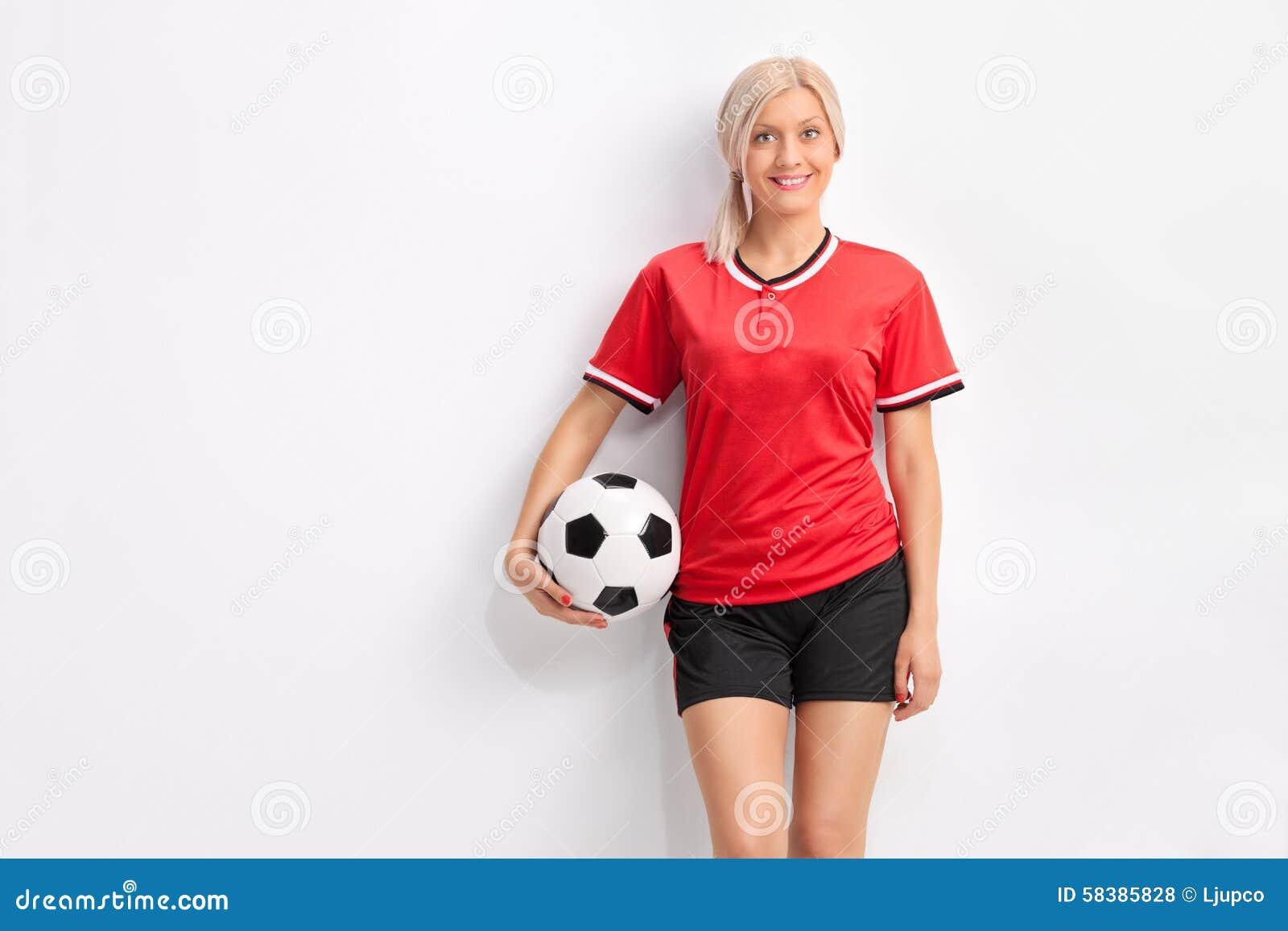 Junger weiblicher Fußballspieler in einem roten Trikot