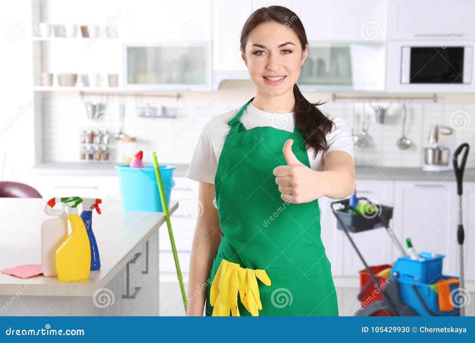 Junger weiblicher Reiniger bei der Arbeit