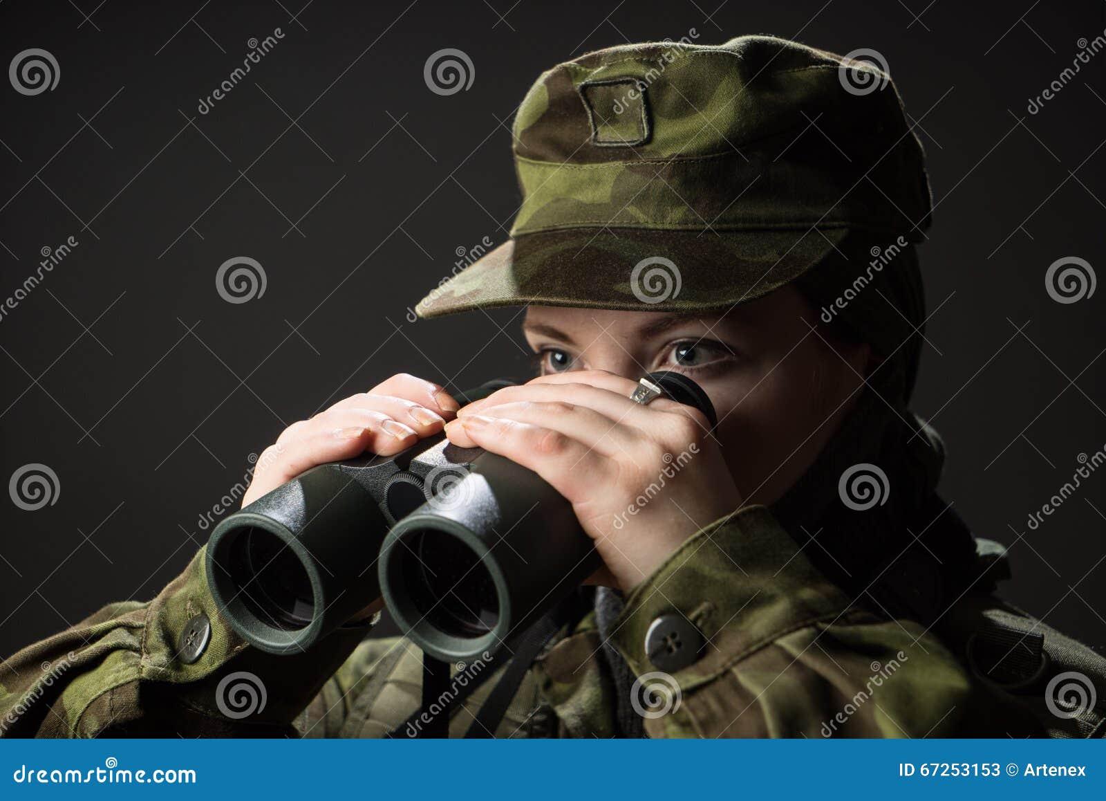 Junger weiblicher soldat beobachten mit ferngläsern krieg militär