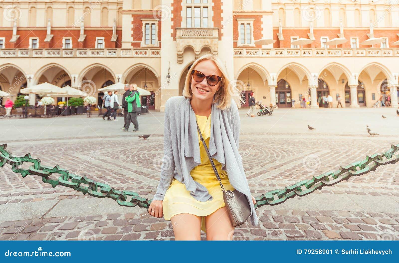 Junger weiblicher Tourist, der nahe Stoff Hall im alten Stadtzentrum von Krakau sitzt