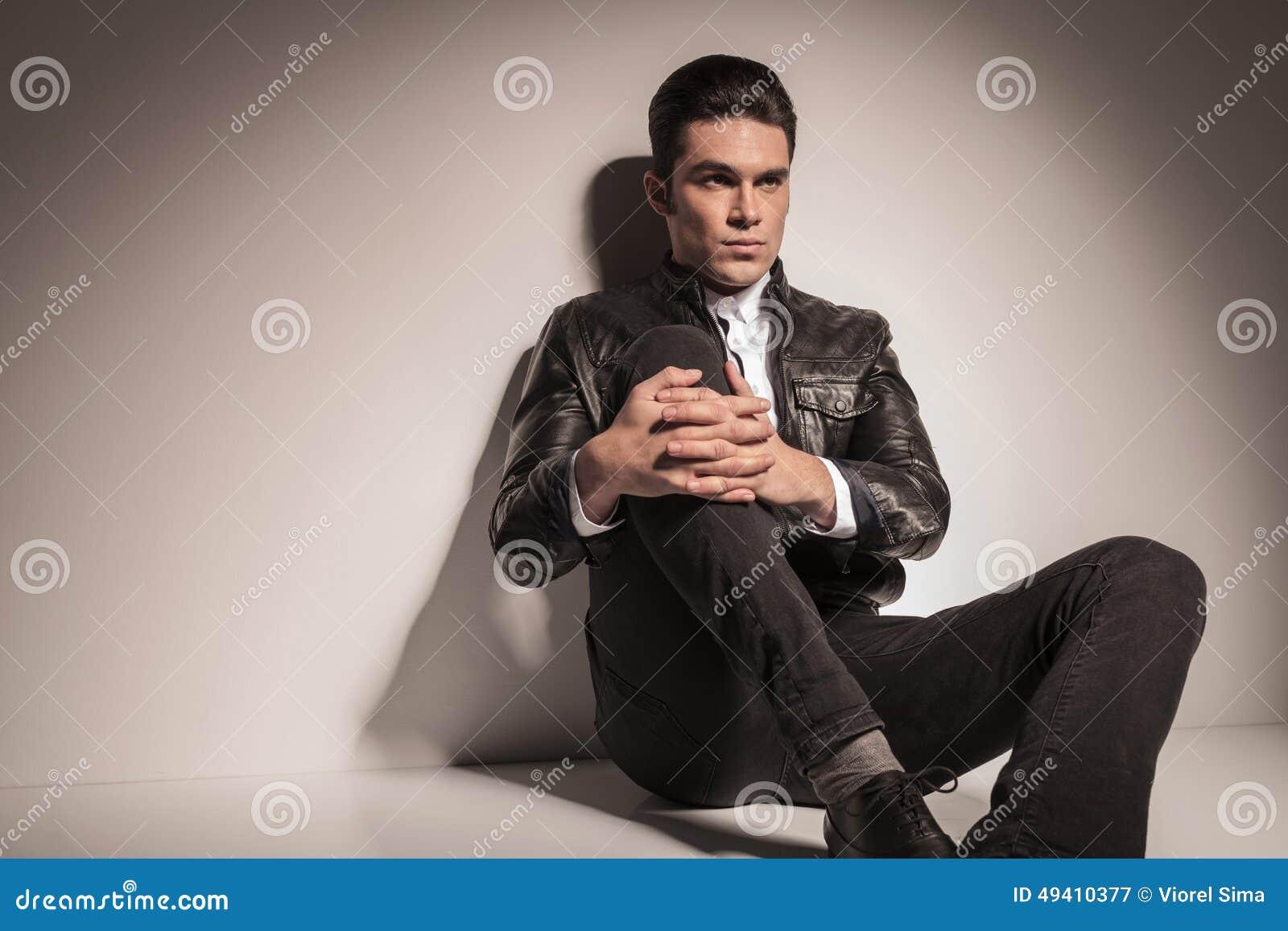 Download Junger Zufälliger Mann, Der Auf Dem Boden Stillsteht Stockbild - Bild von überzeugt, leder: 49410377