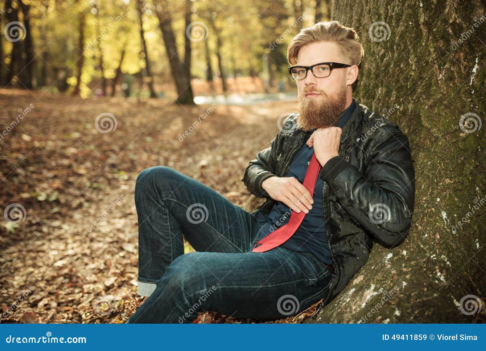 Download Junger Zufälliger Mann, Der Seins Bindung Regelt Stockbild - Bild von kerl, bart: 49411859