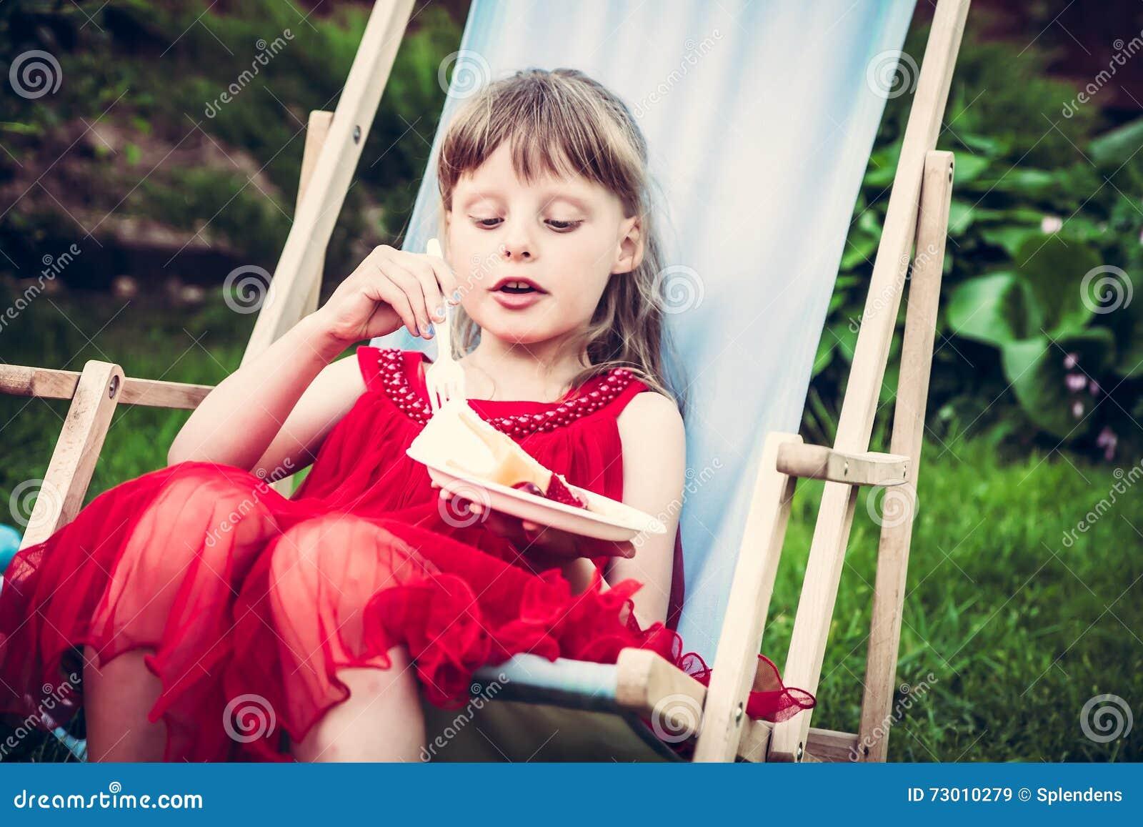 Junges Affektiertes Mädchen Im Roten Kleid, Das Im ...