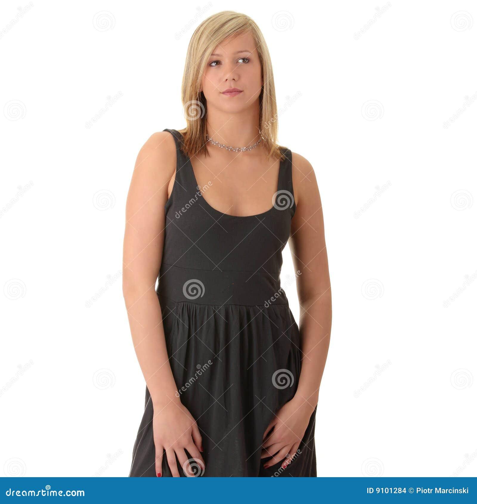 Junges blondes mädchen des schönen jugendlichen im schwarzen