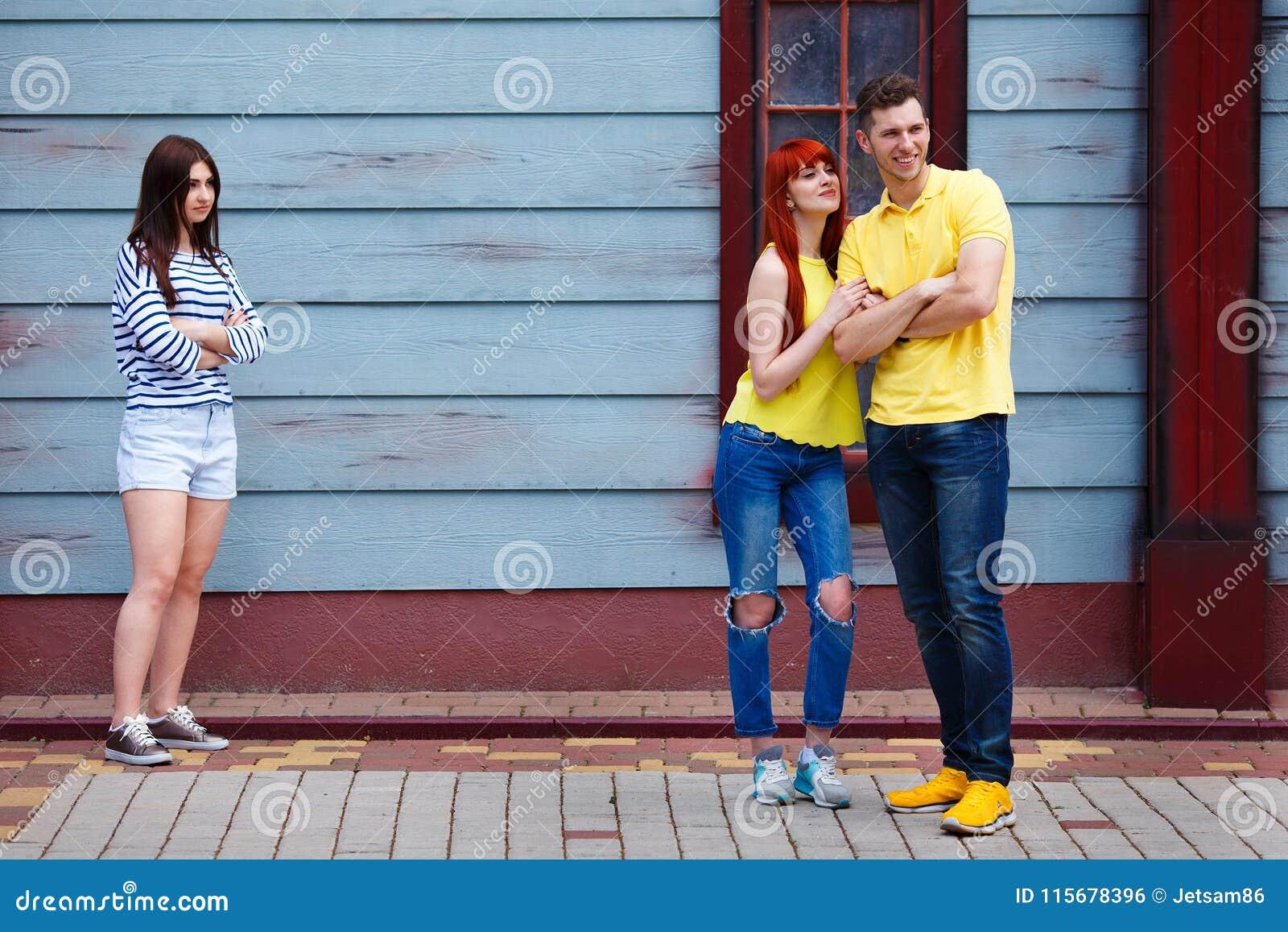 Junges eifersüchtiges Mädchen, das Datierungspaare betrachtet
