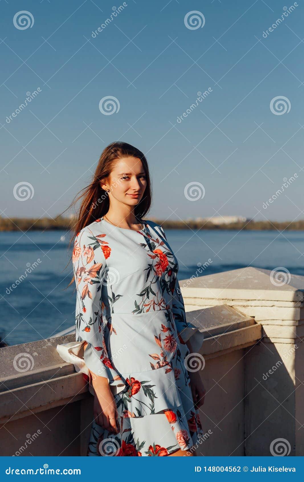 Junges elegantes Mädchen im blauen Kleid