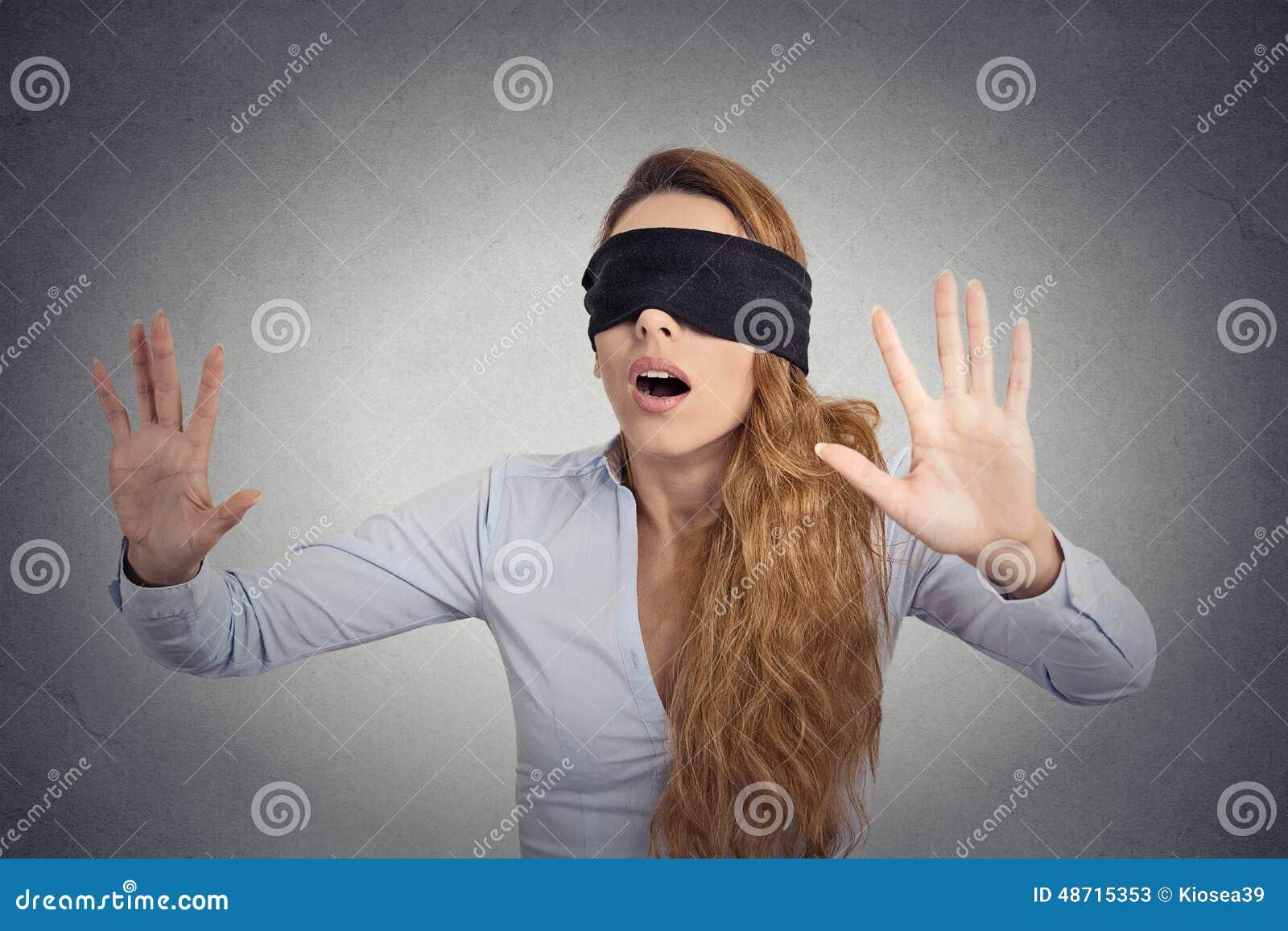 Junges Geschäftsfraugehen Die Augen Verbunden Mit Den Händen ...