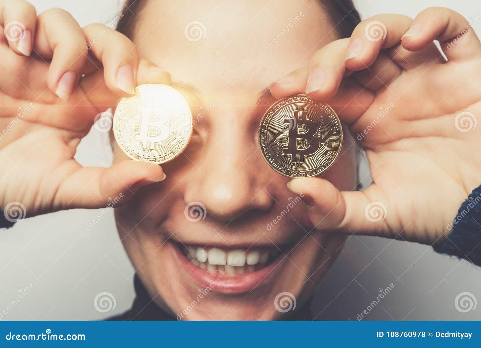Junges Glückliches Lächelndes Mädchen Hält Goldene Bitcoin Münzen In