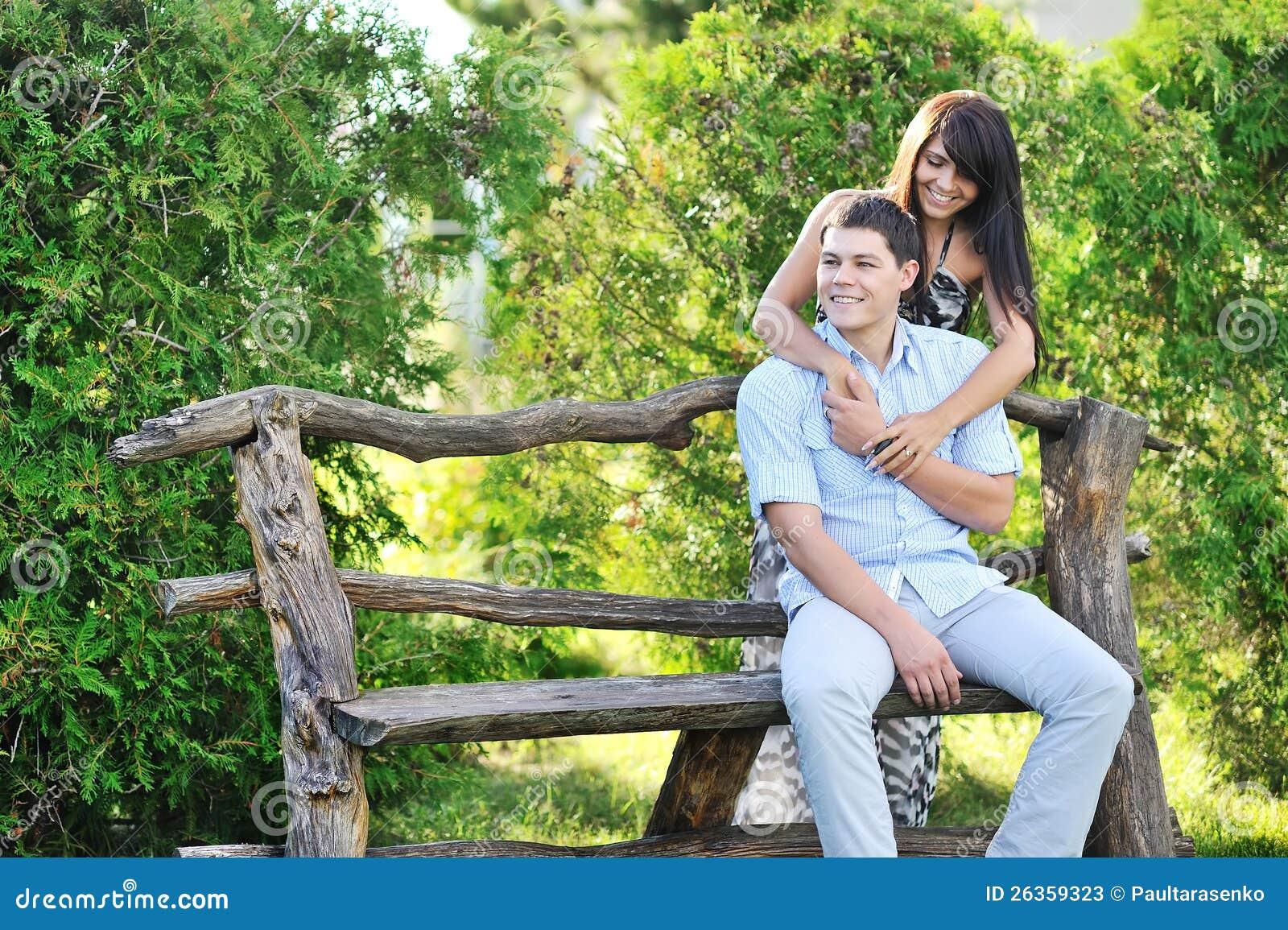 Junges glückliches Paar, das gute Zeit in einem Park hat
