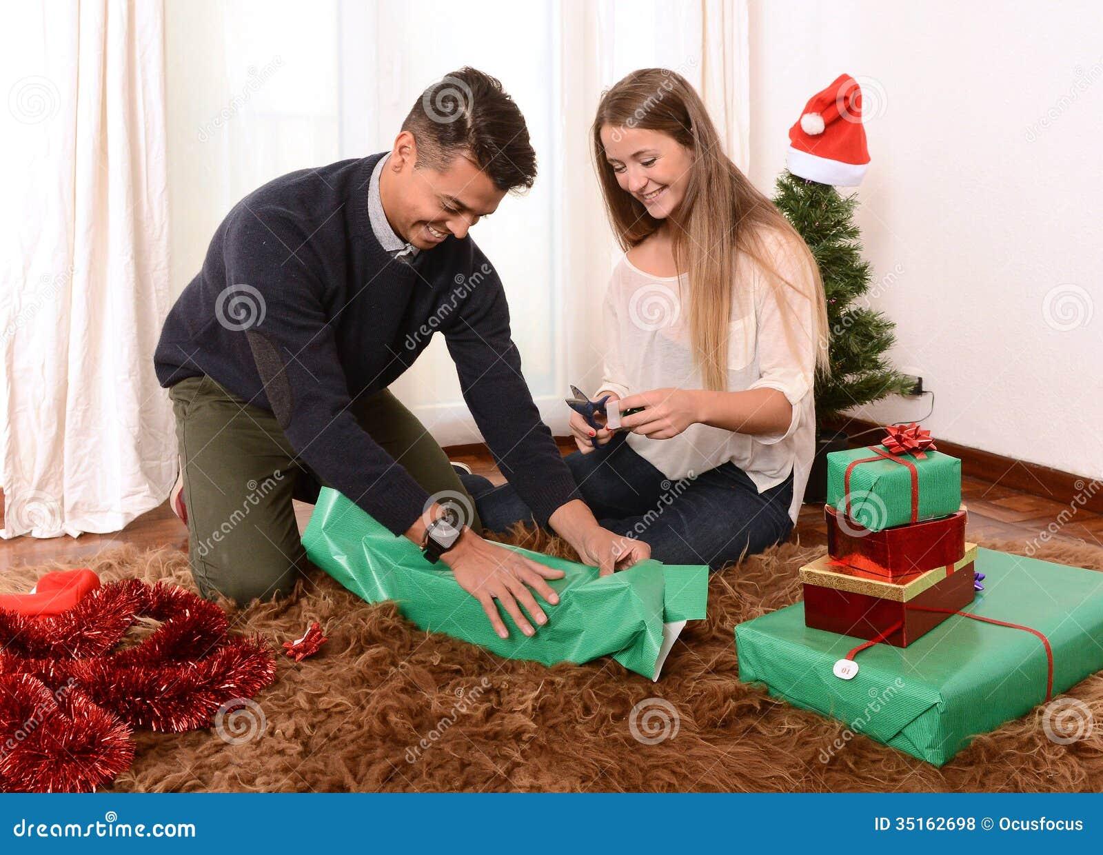 Junges Glückliches Paar, Das Weihnachtsgeschenke Einwickelt ...