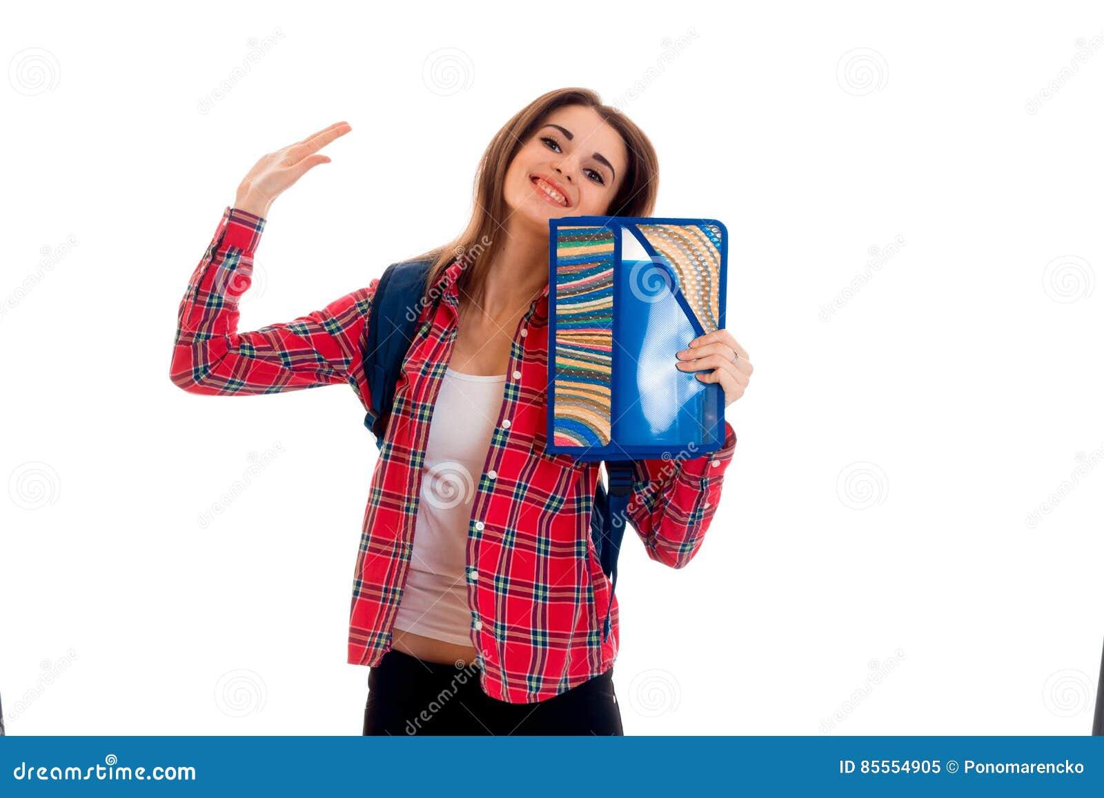 Junges glückliches Studentenmädchen mit den Ordnern für die Notizbuchaufstellung lokalisiert auf weißem Hintergrund im Studio