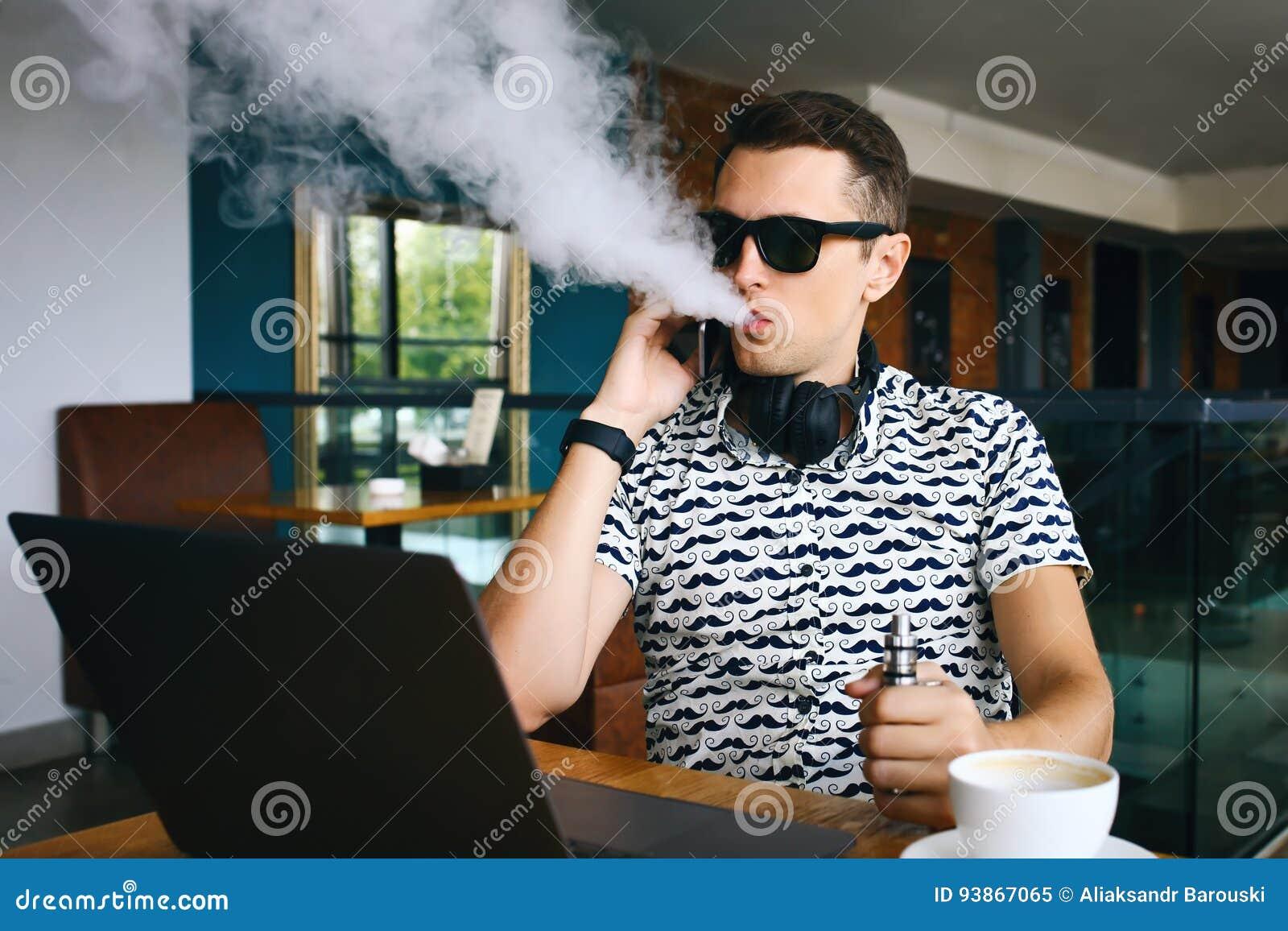 Junges Hübsches Hippie-Mann Insunglasse, Das Im Café Mit Einem Tasse ...