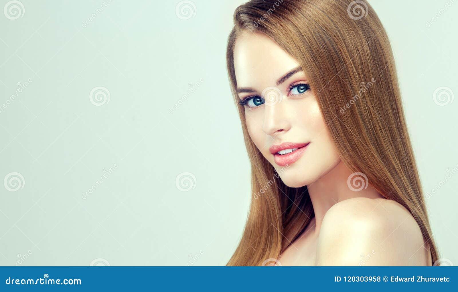 Junges hübsches Modell mit gerader, loser Frisur auf dem Kopf Frisur, Cosmetology und Schönheitstechnologien