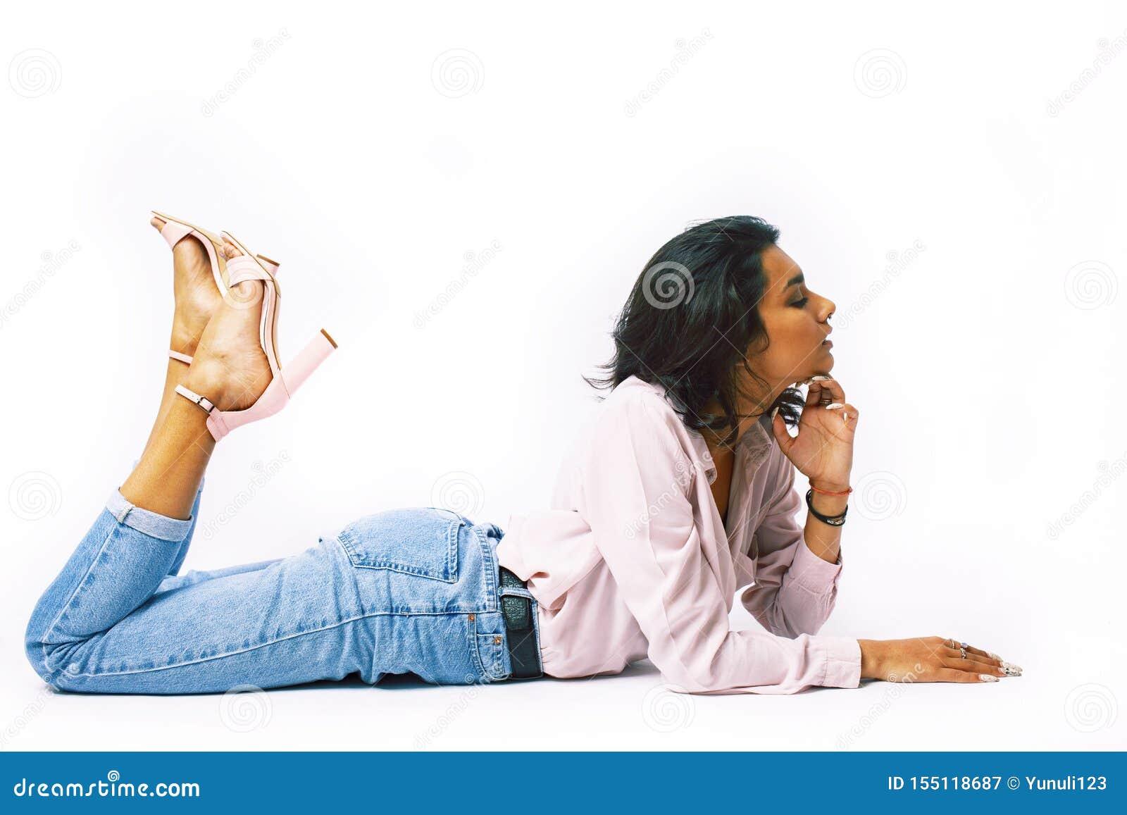 Junges h?bsches indisches M?dchen in moderner zuf?lliger clothers Aufstellung lokalisiert auf wei?em Hintergrund, Lebensstilleute
