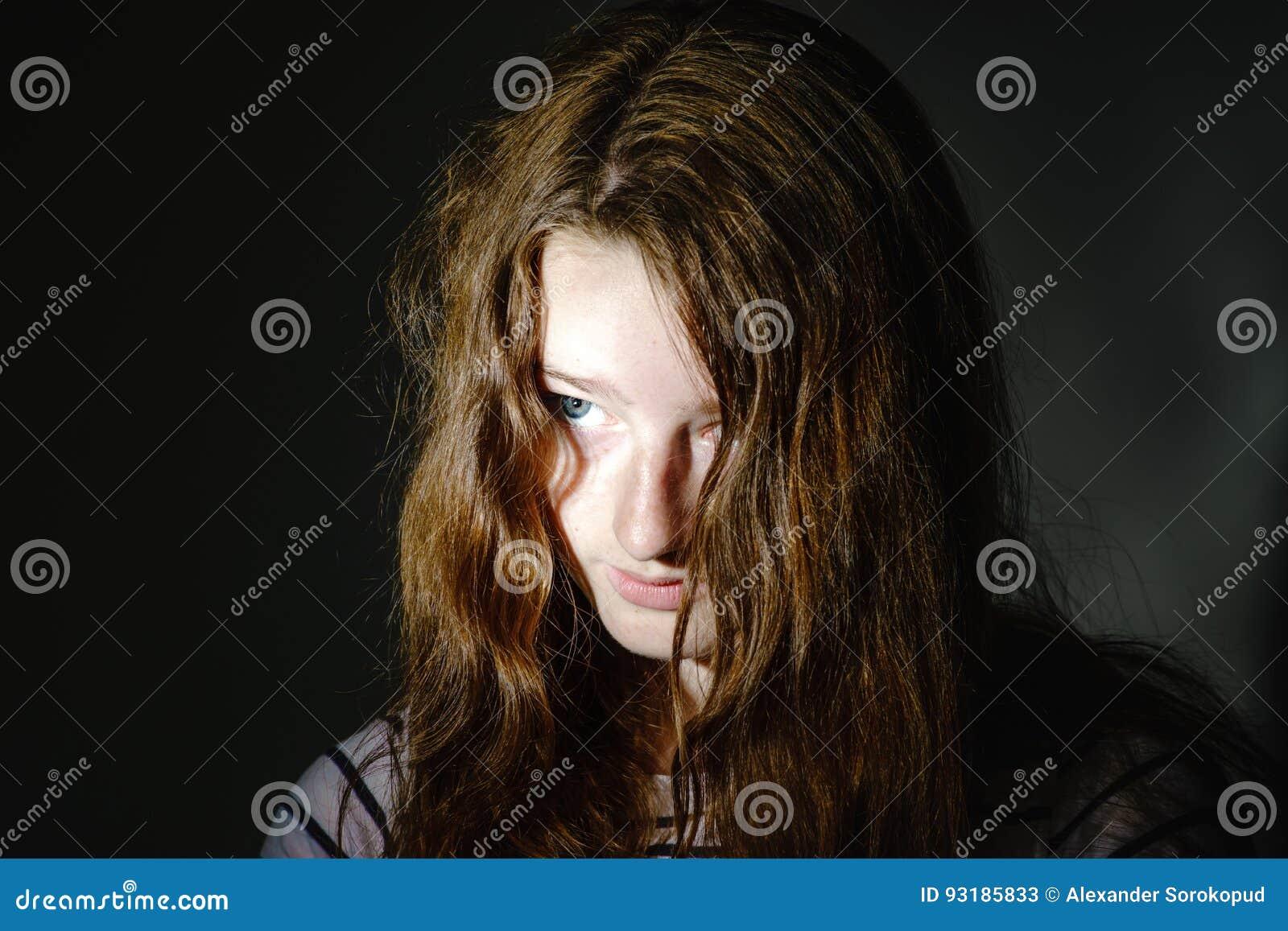 Junges Jugendlichenahaufnahmeporträt mit verschiedenen Gefühlen