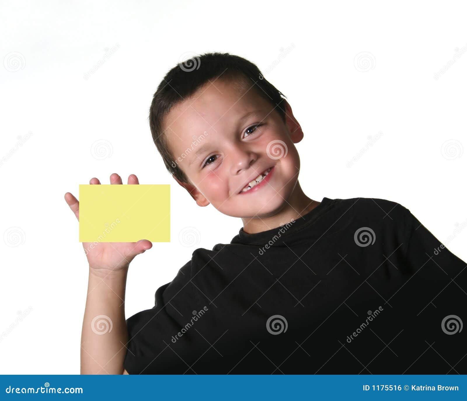 Junges Kind, das unbelegtes Zeichen anhält