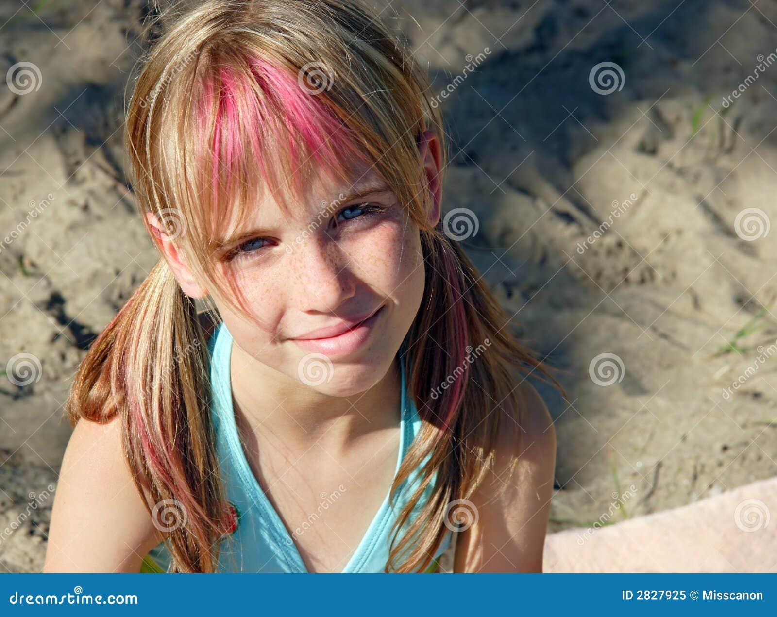 junges m dchen auf strand stockbild bild von streifen 2827925. Black Bedroom Furniture Sets. Home Design Ideas
