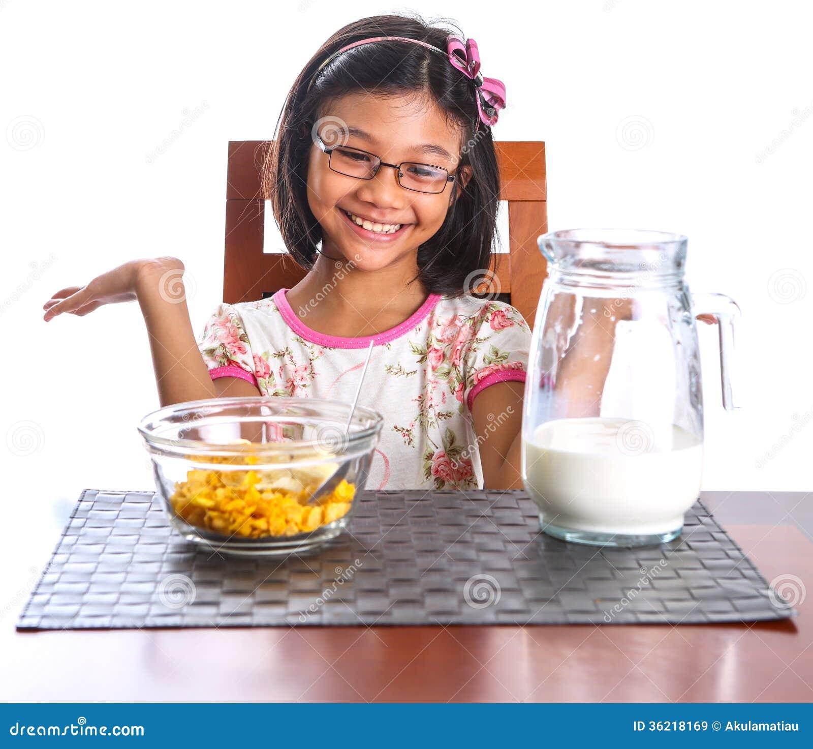 Junges Mädchen, das II frühstückt