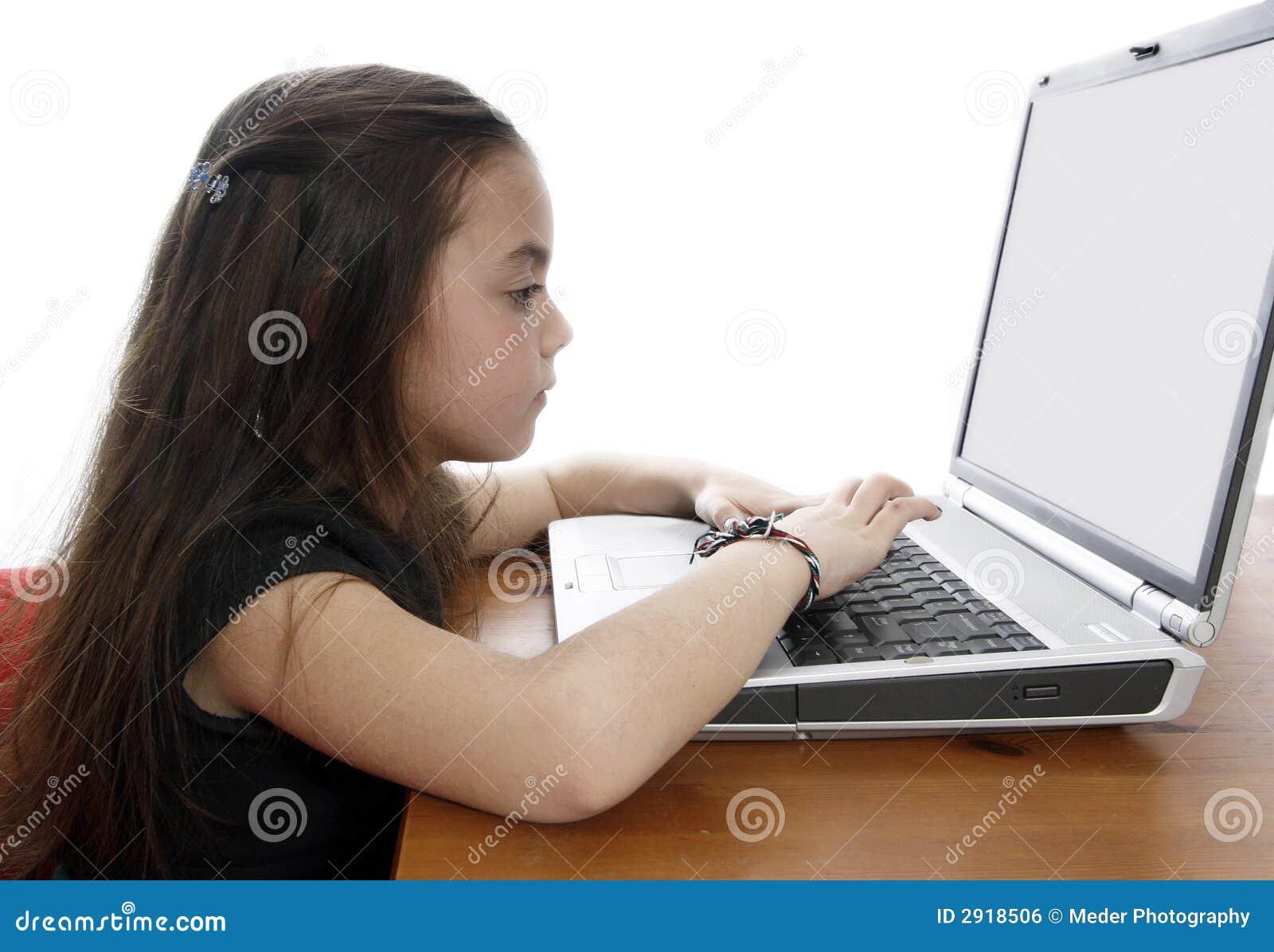 Junges Mädchen, das an Laptop arbeitet